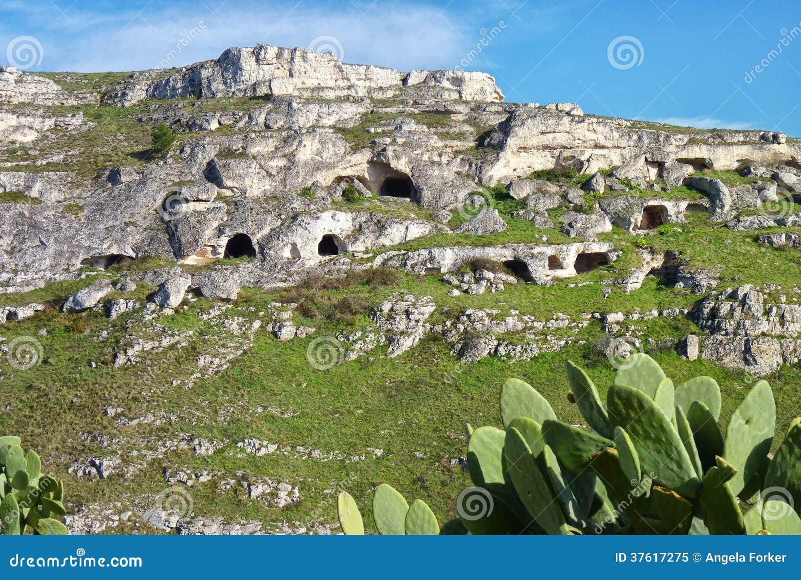 Abitazioni di caverna preistoriche fotografia stock libera for Immagini abitazioni