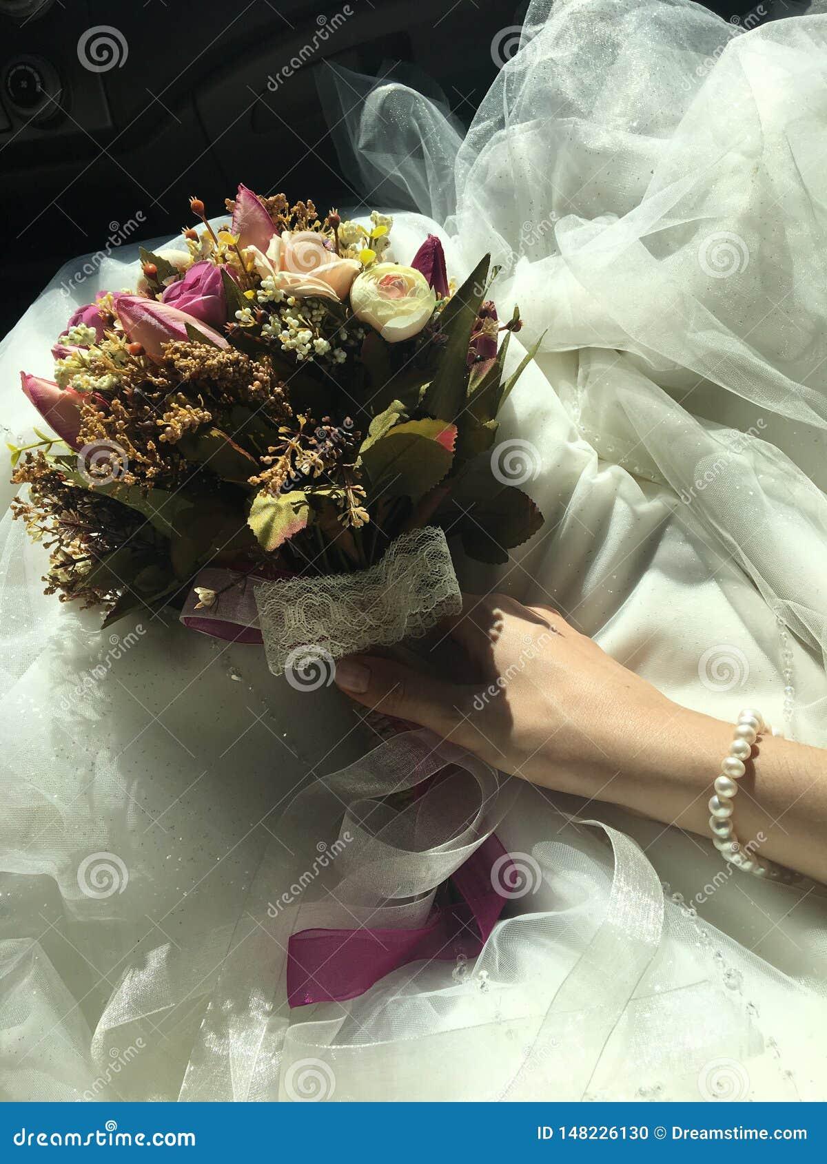 Abito nuziale del fondo del fiore e della sposa e collana della perla