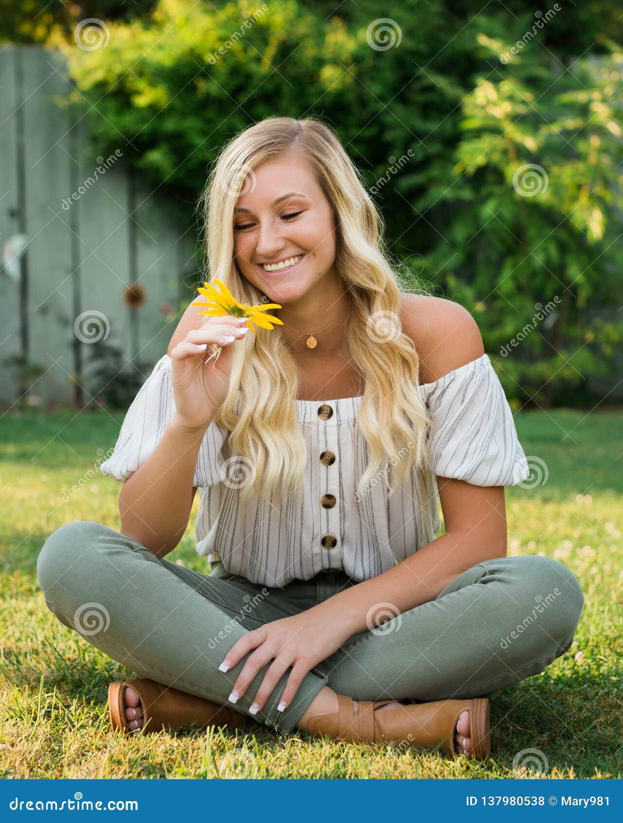 Abiturient-Foto des blonden kaukasischen Mädchen-Freiens