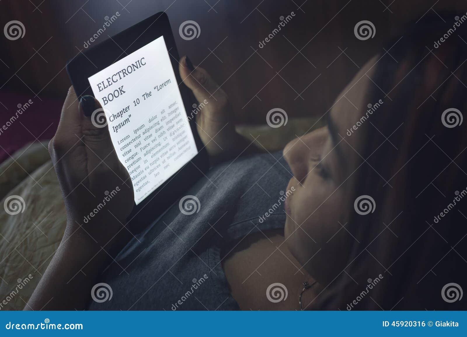 Ablesen eines ebook im Bett
