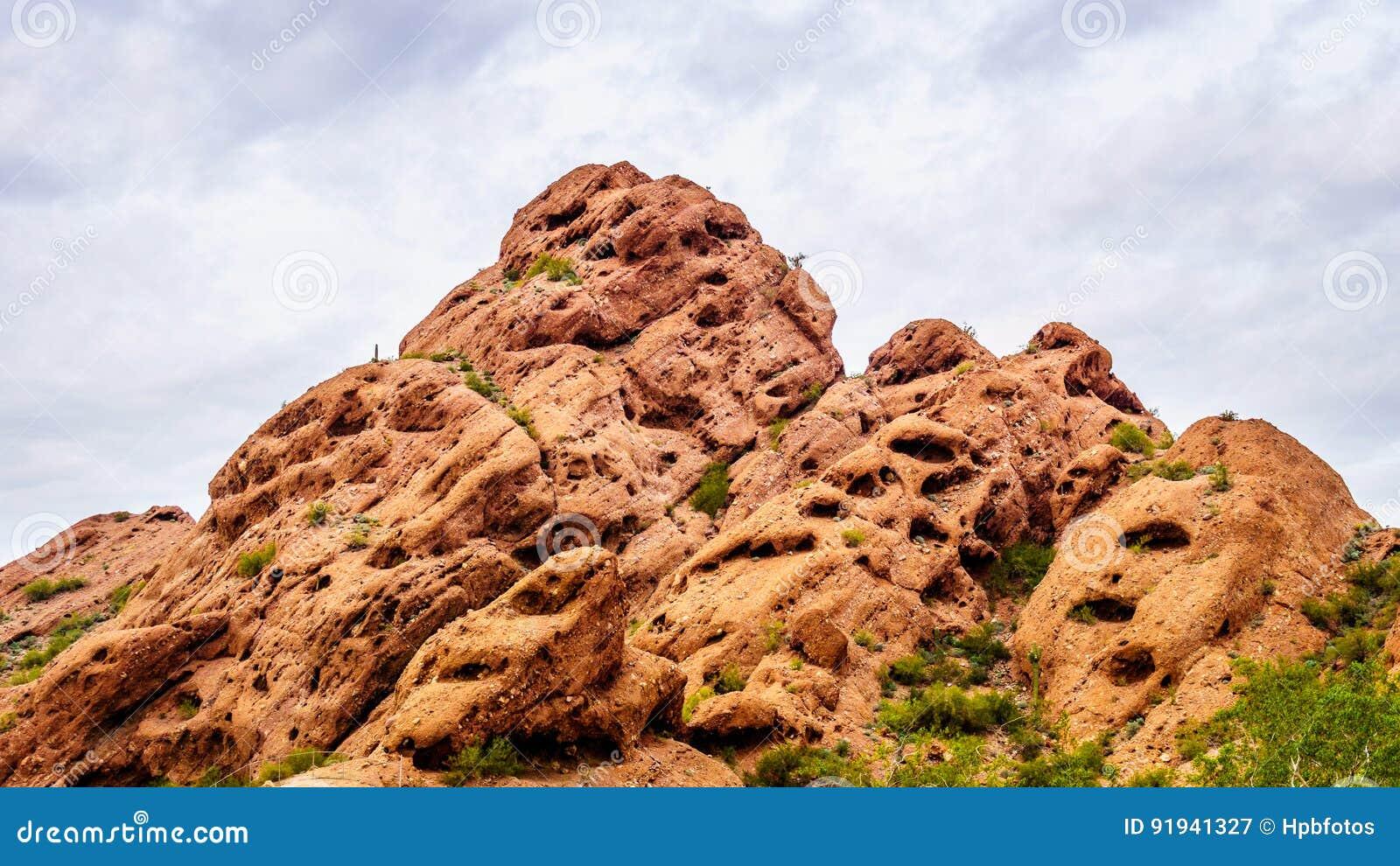 Abnutzung der roter Sandstein Buttes schuf interessante Felsformationen in Papago-Park