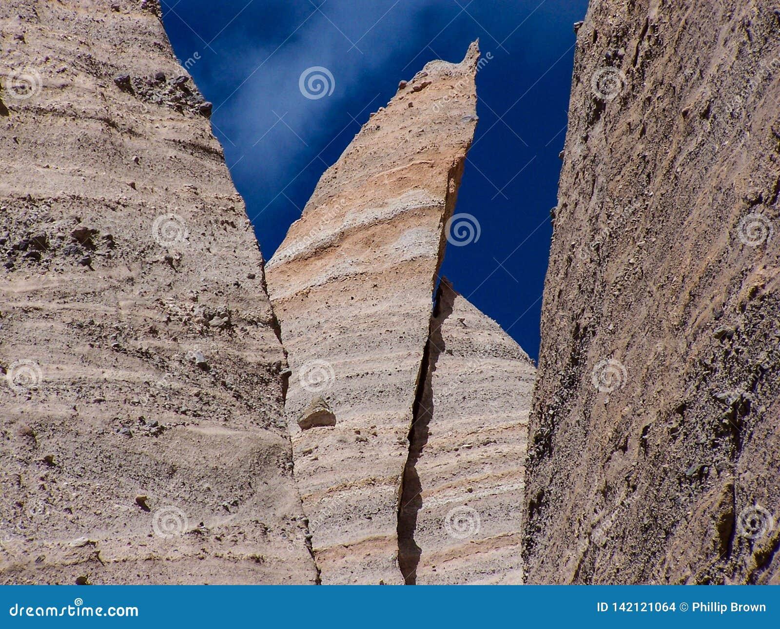 Abnutzungs-Unglücksbote ragt Zelt-Felsen-Nationaldenkmal hoch