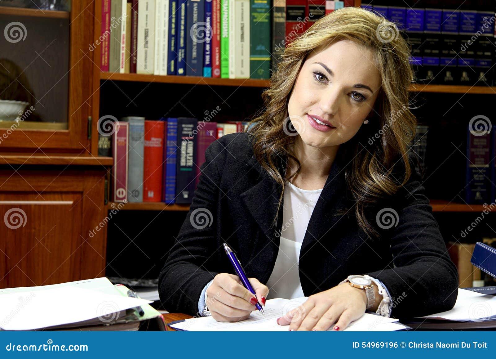 Abogado de sexo femenino en oficina