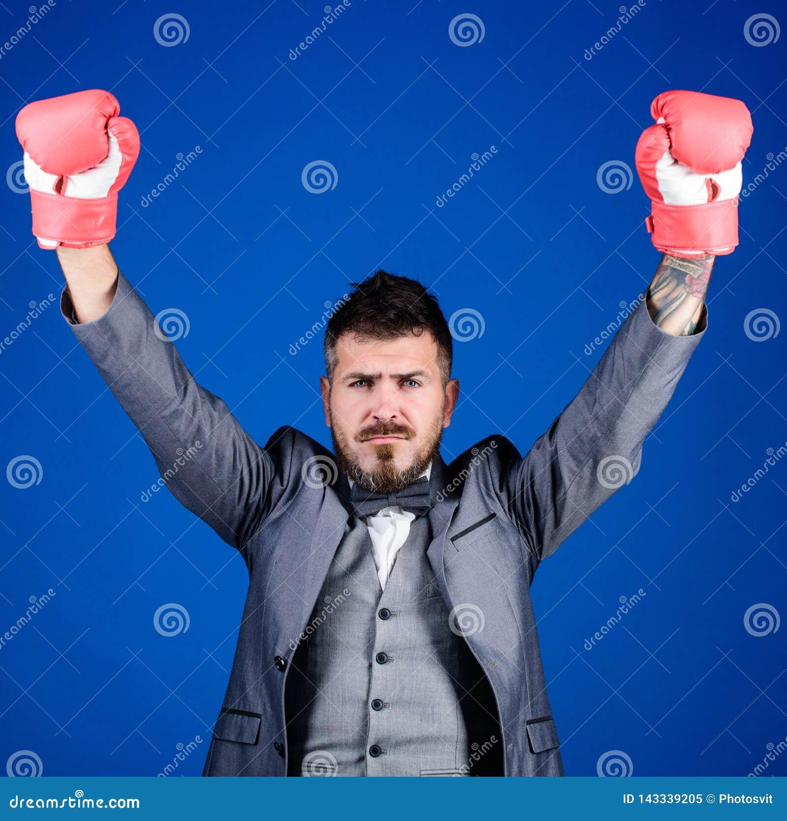 Abogado defensor criminal que planea hacia fuera estrategias Guantes de boxeo del desgaste del hombre de negocios Las mejores est