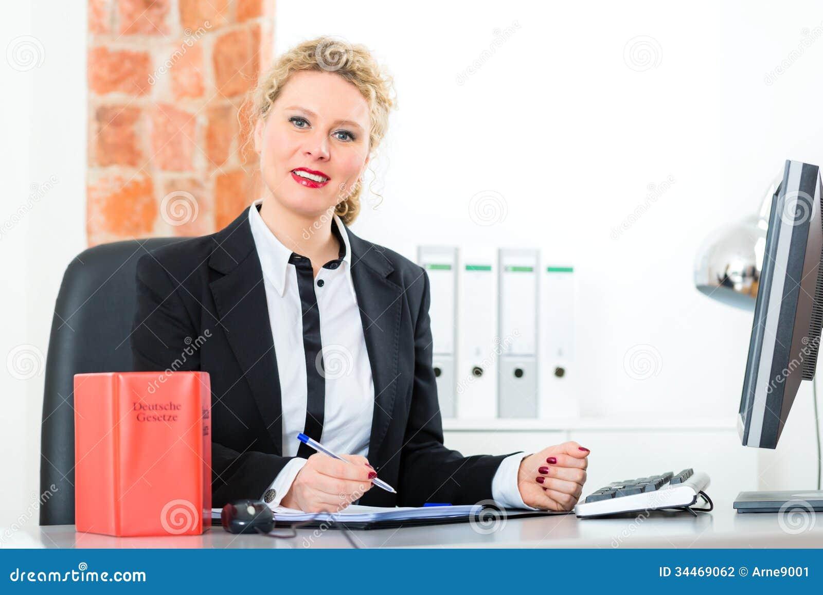 Abogado en oficina con el libro de ley que trabaja en el for Escritorio de abogado