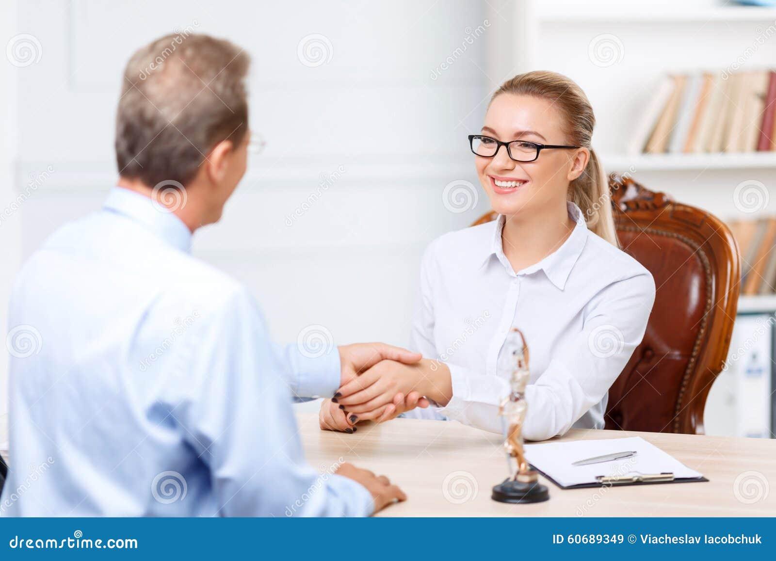 Abogados profesionales que tienen conversación