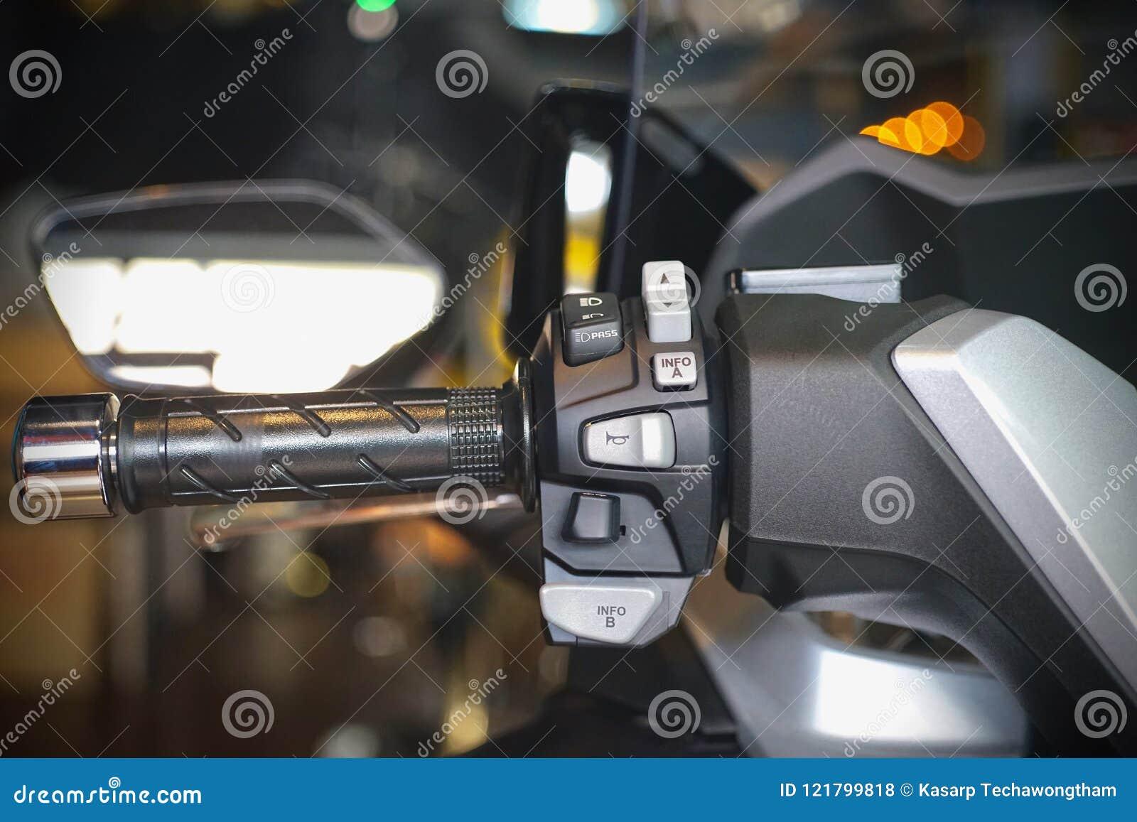Abotone los interruptores del cuerno y la motocicleta de las señales de vuelta en un manillar de la motocicleta