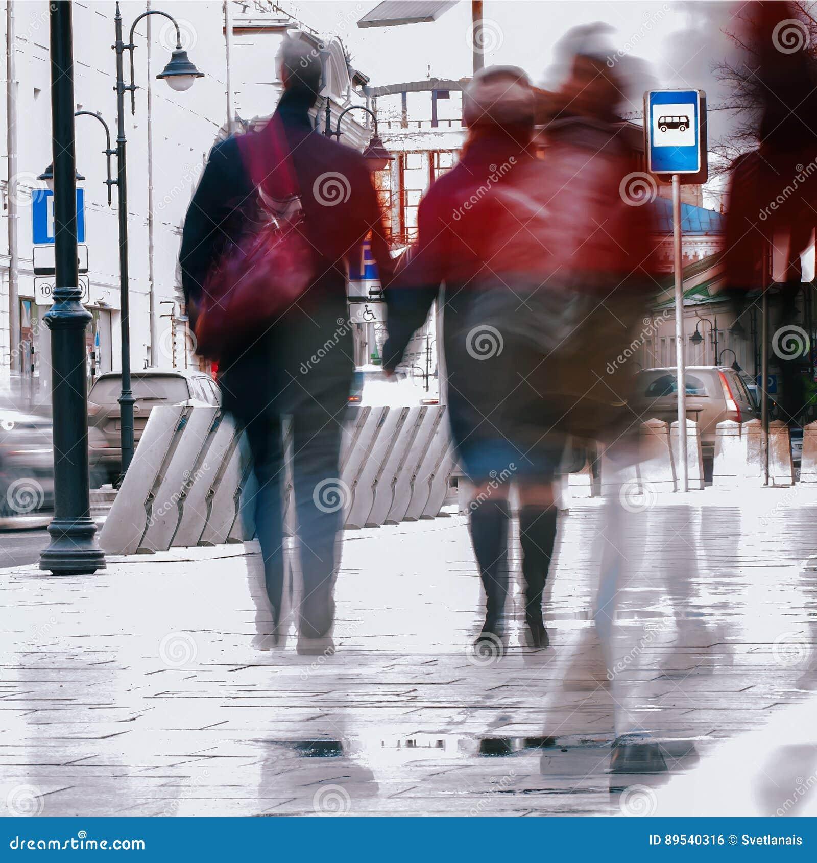 Abrégez le fond Tache floue de mouvement intentionnelle Ville pendant le premier ressort Rue, couple de d une cinquantaine d anné