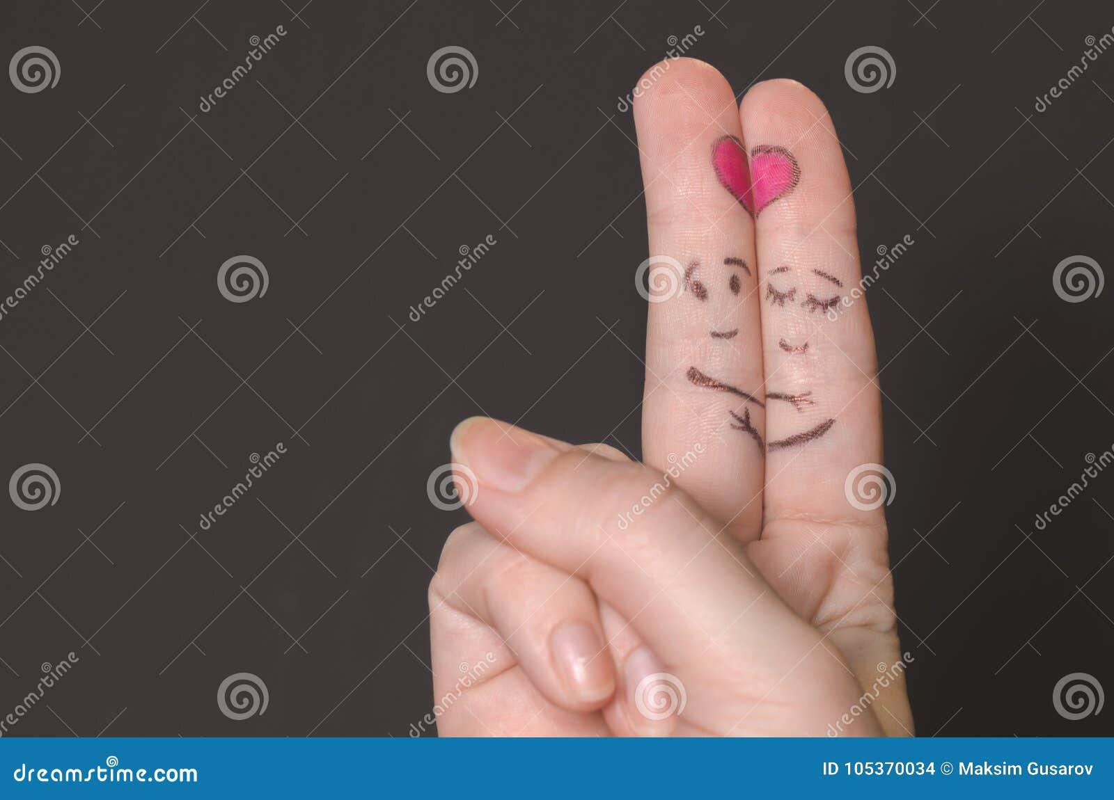 Abraçando os dedos com caras esboçadas