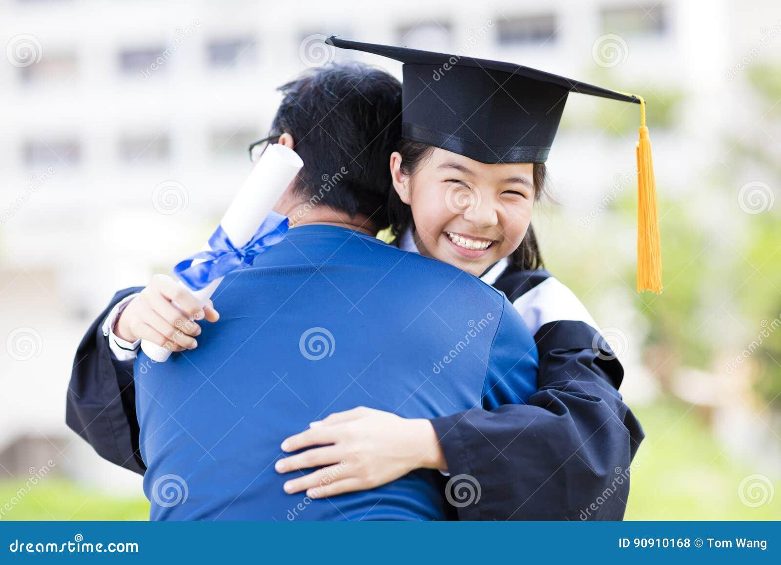 Abraço do estudante e da família que comemora a graduação