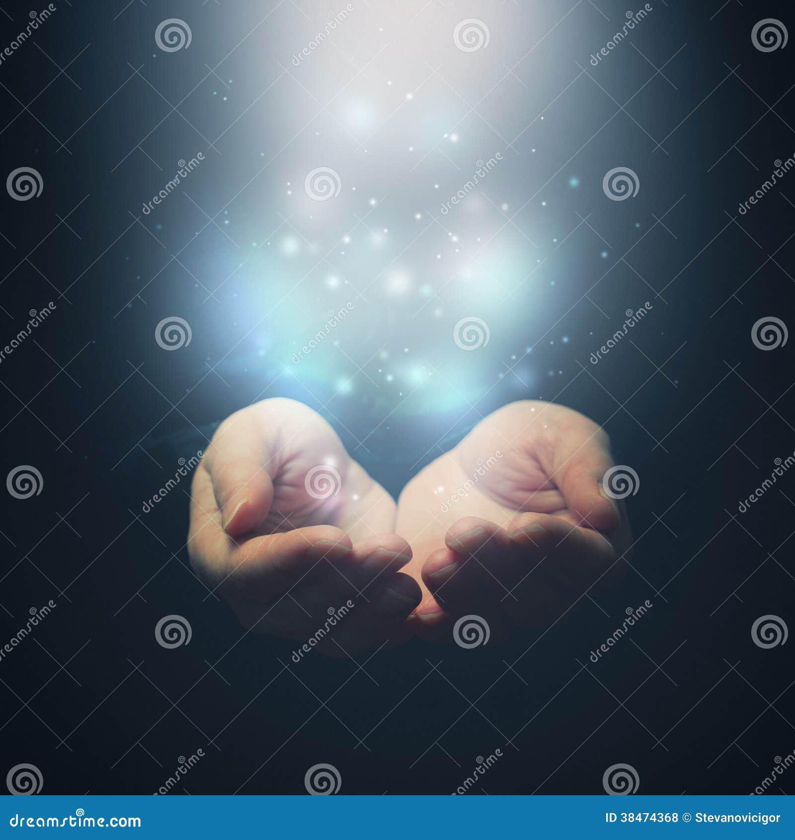 Abra as mãos com partículas mágicas. Guardando, doação, mostrando o concep