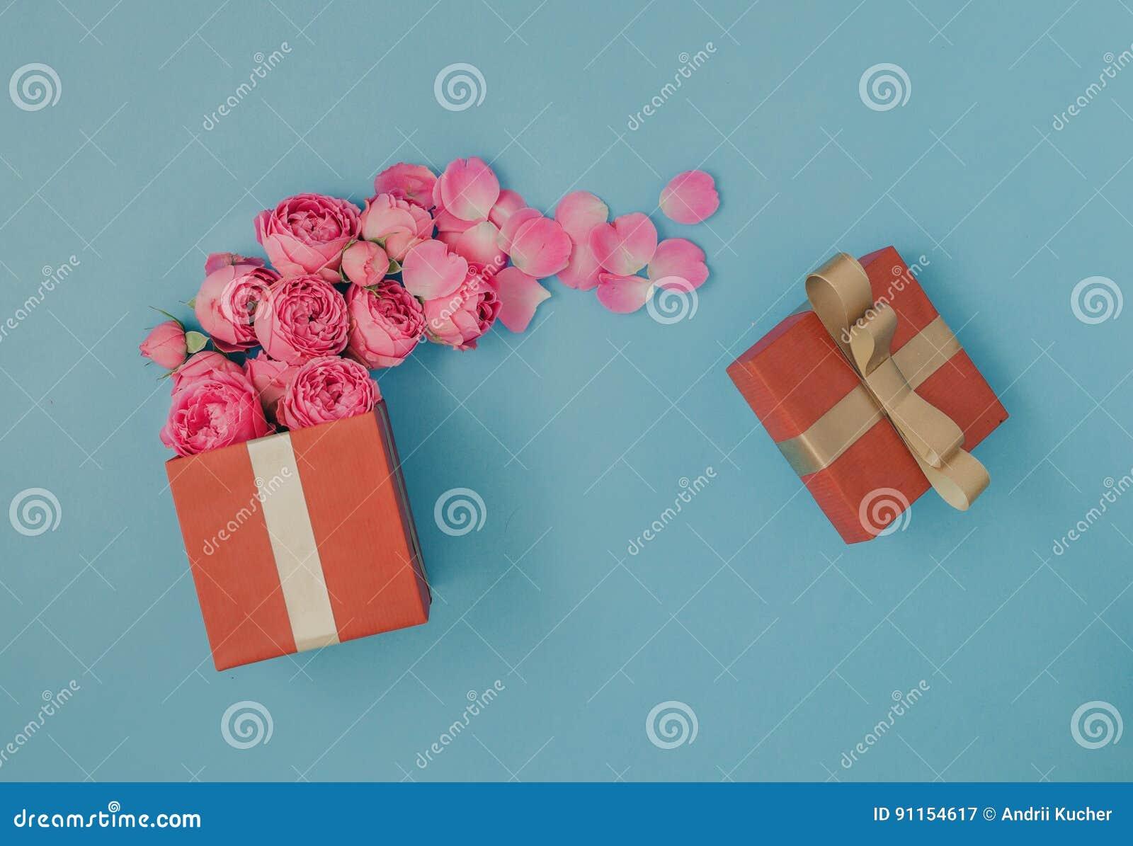 Abra a caixa de presente vermelha completamente de rosas cor-de-rosa