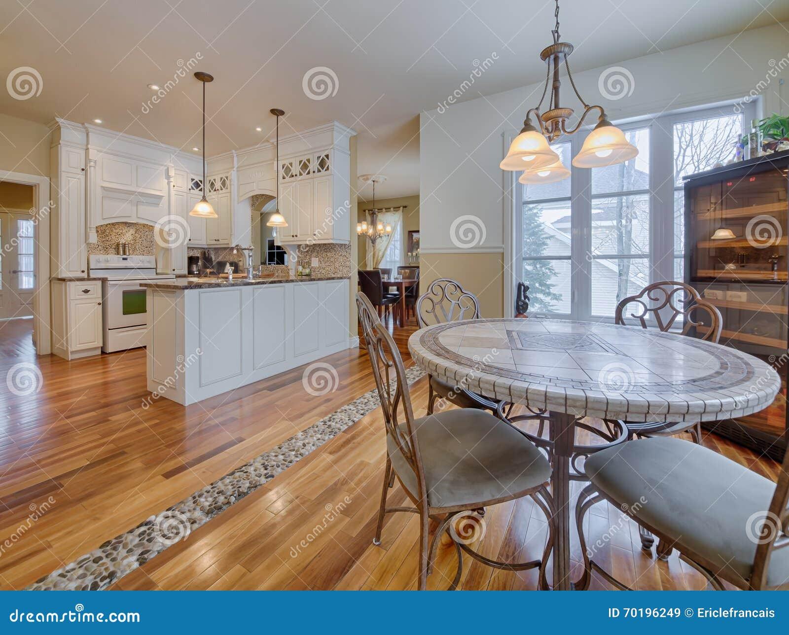 Abra A Cozinha Contempor Nea Do Conceito Na Casa Luxuosa Imagem De  -> Fotos De Cozinha Conceito Aberto