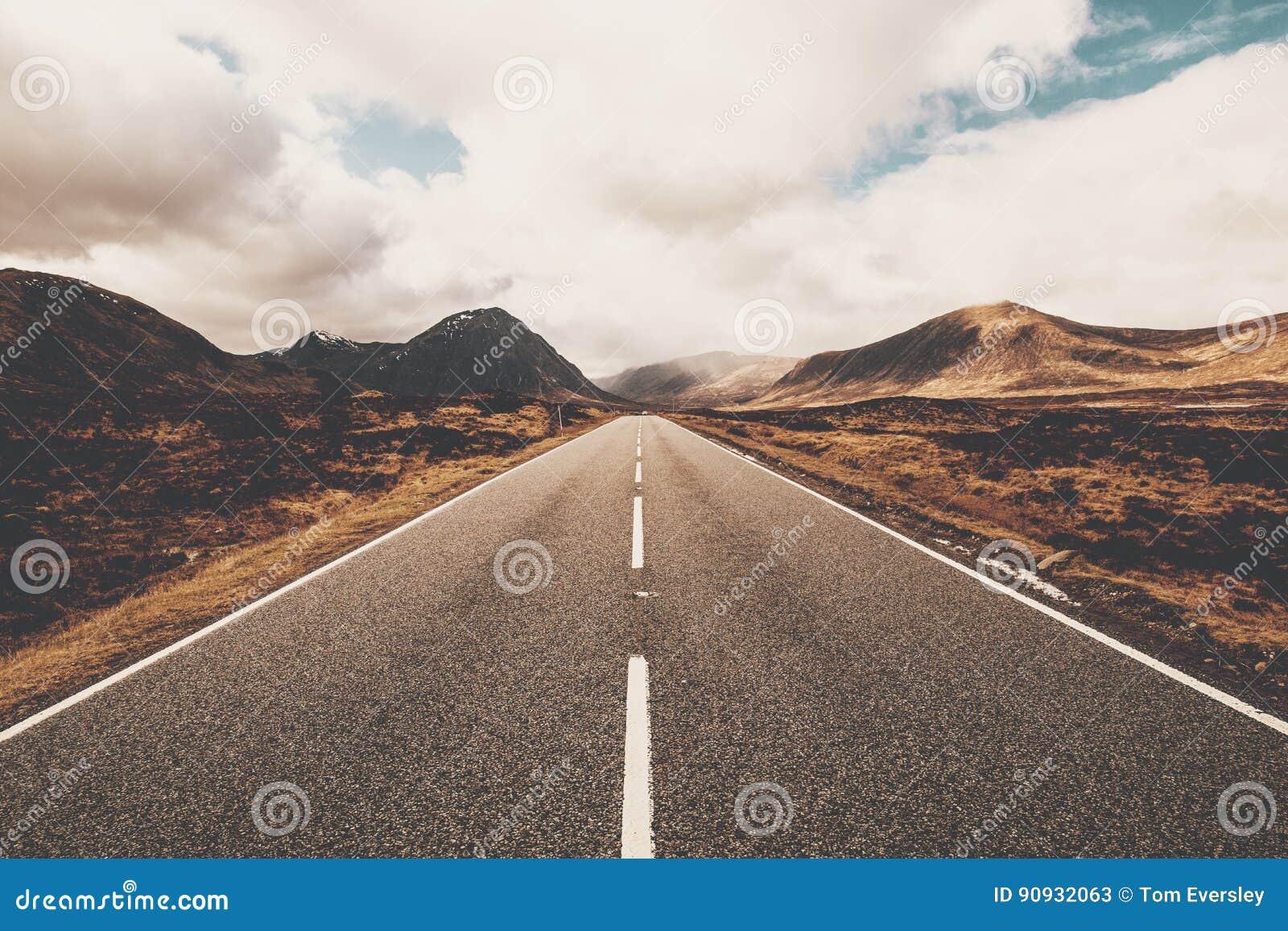 Abra el camino en Glencoe, Escocia Montañas escocesas