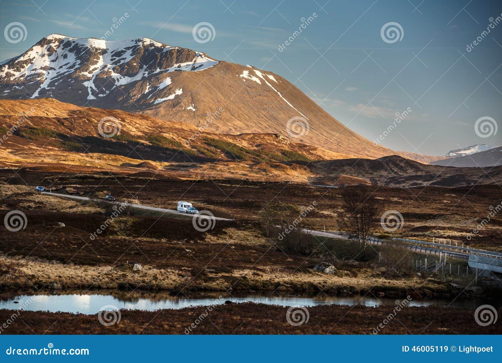 Abra el camino que lleva con Glencoe, escocés Higland, Escocia