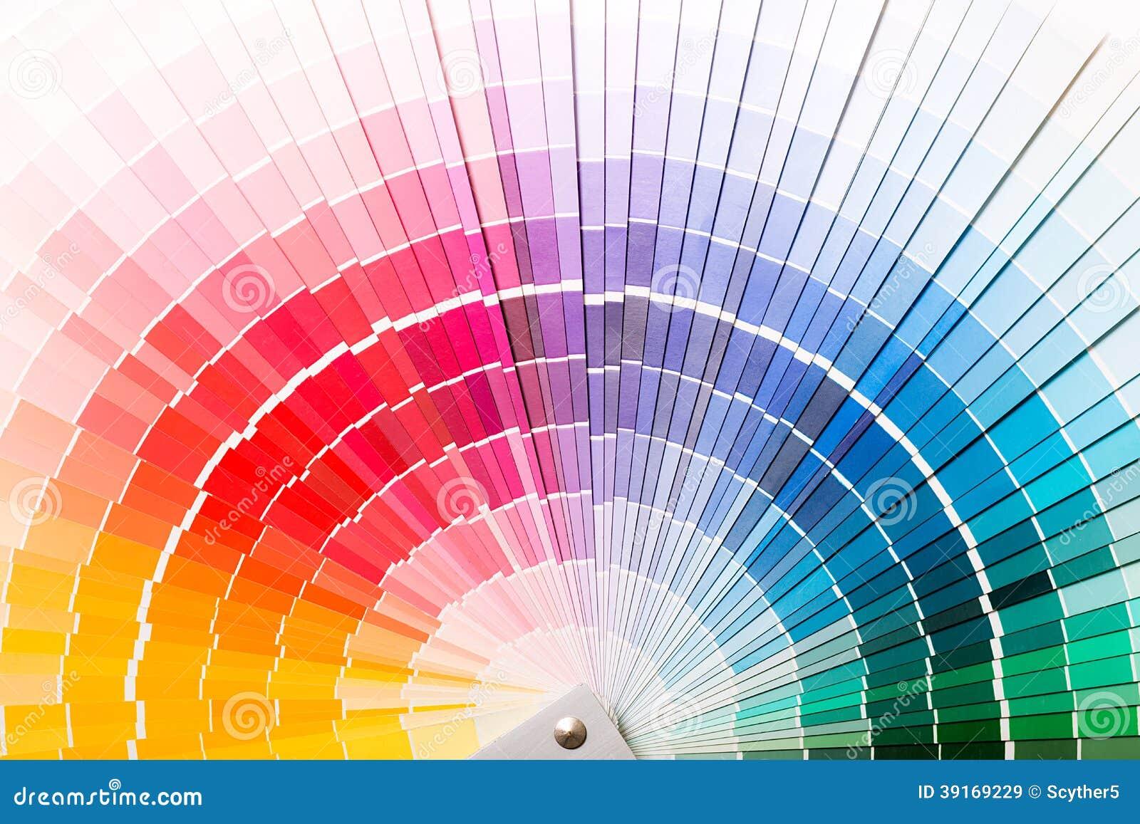 Abra el catálogo de los colores de la muestra de Pantone.