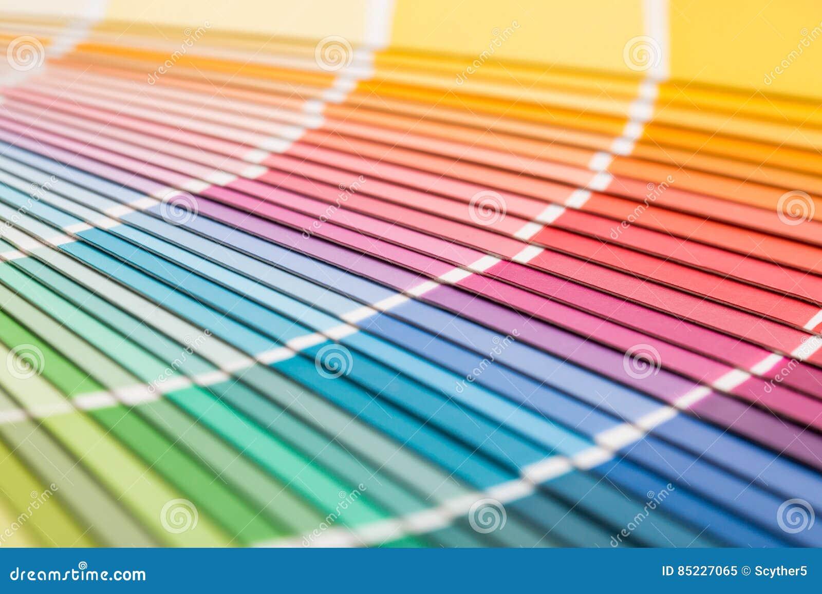 Abra el catálogo de los colores de la muestra del pantone