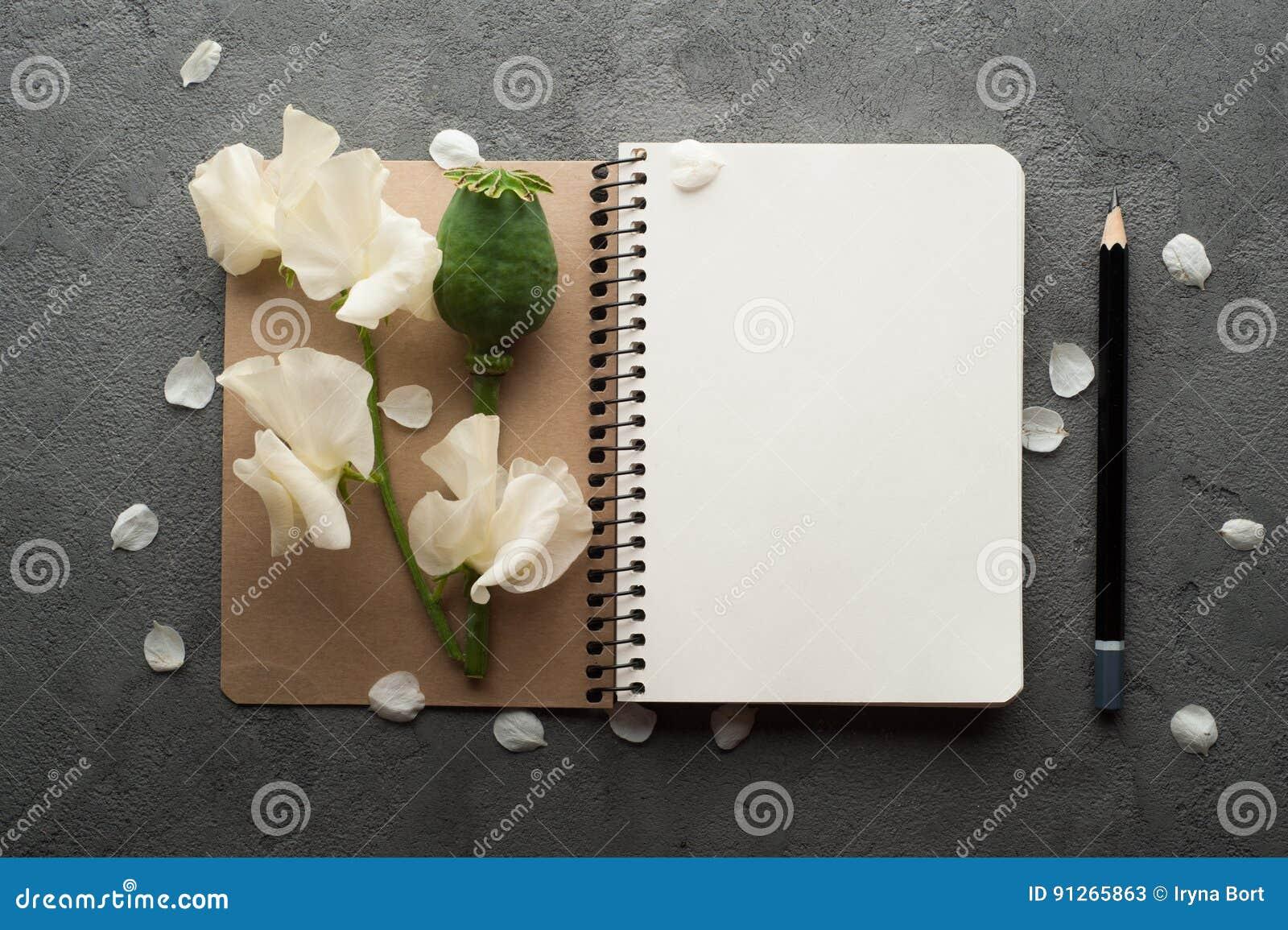 Abra el diario en blanco con las flores
