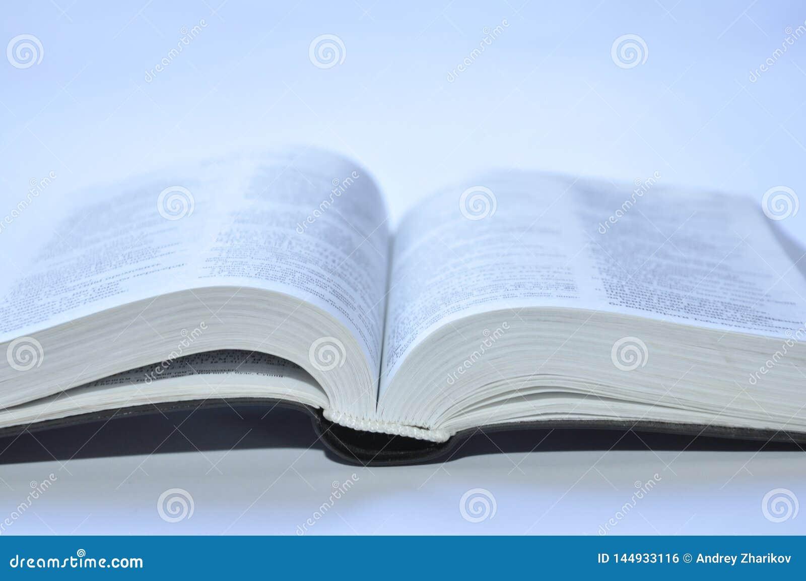 Abra el libro en el fondo blanco