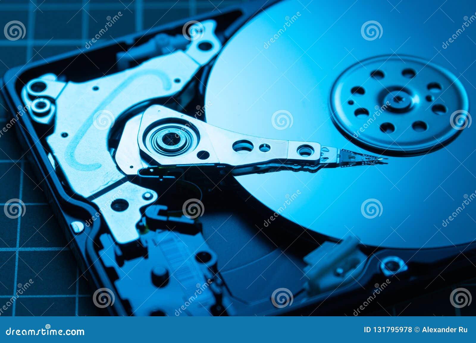 Abra el mecanismo impulsor de disco duro El concepto de almacenamiento de datos arsenal de datos HDD azul