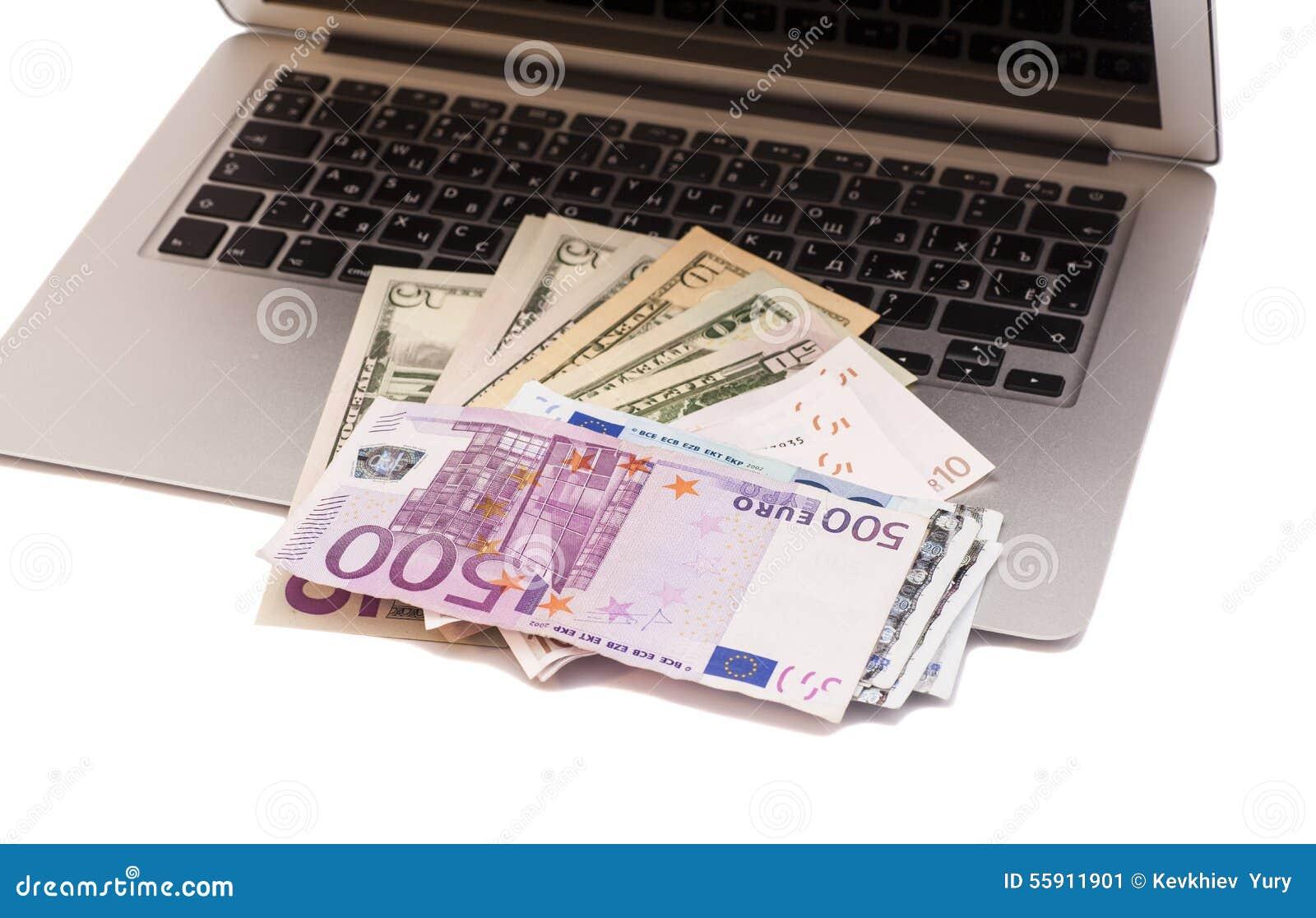 Abra el ordenador portátil con los dólares y el dinero euro