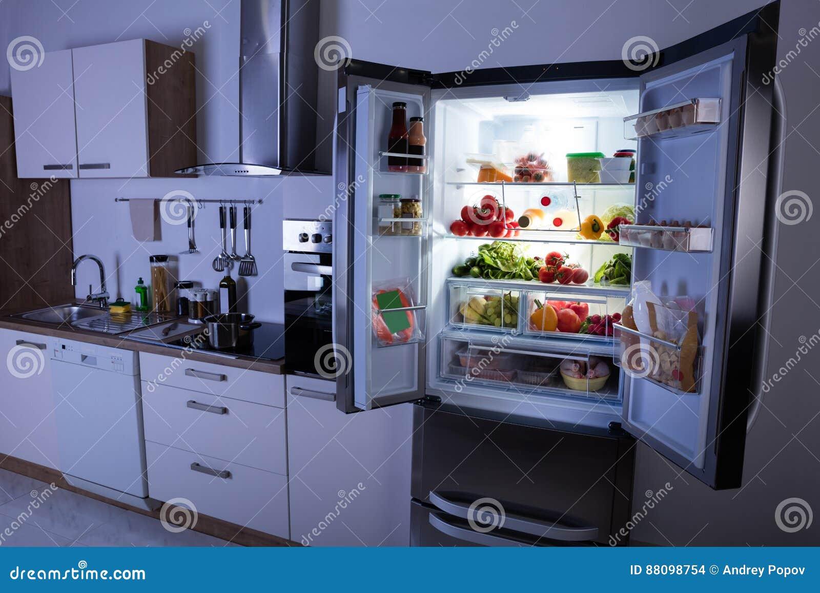 Abra el refrigerador en cocina moderna foto de archivo for Cocina y refrigerador juntos
