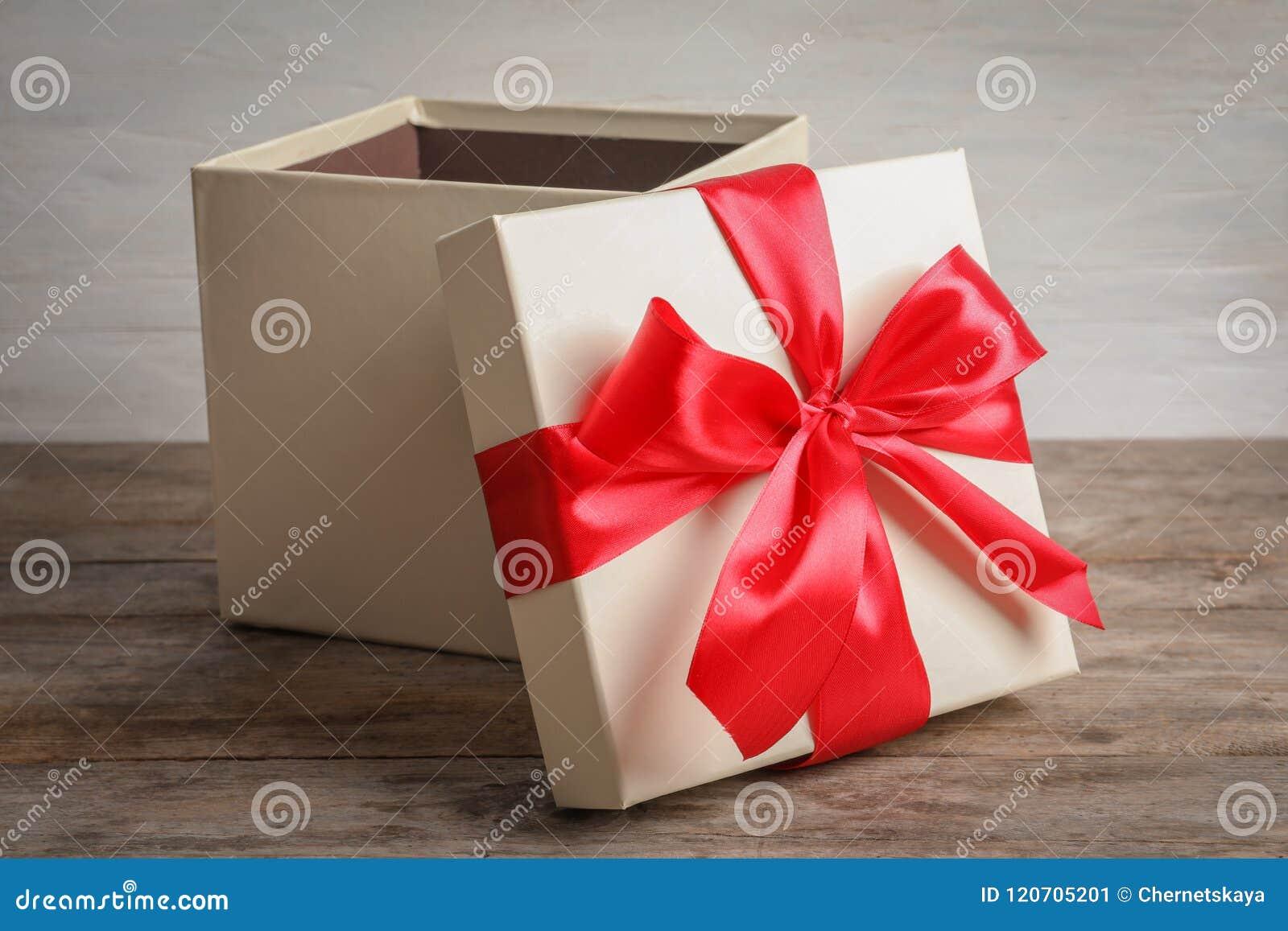 Abra la caja de regalo en la tabla