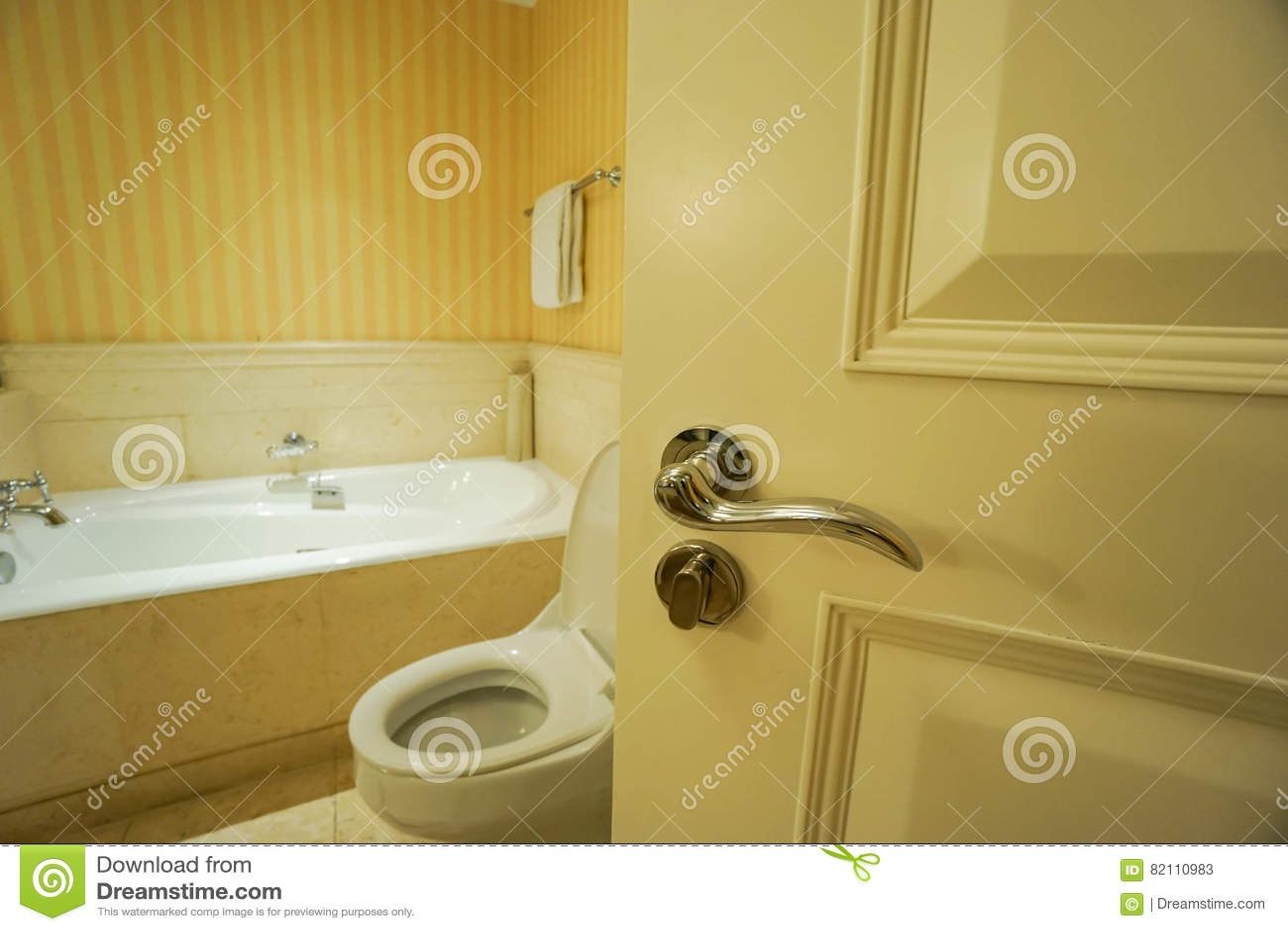 Abra la puerta del cuarto de baño