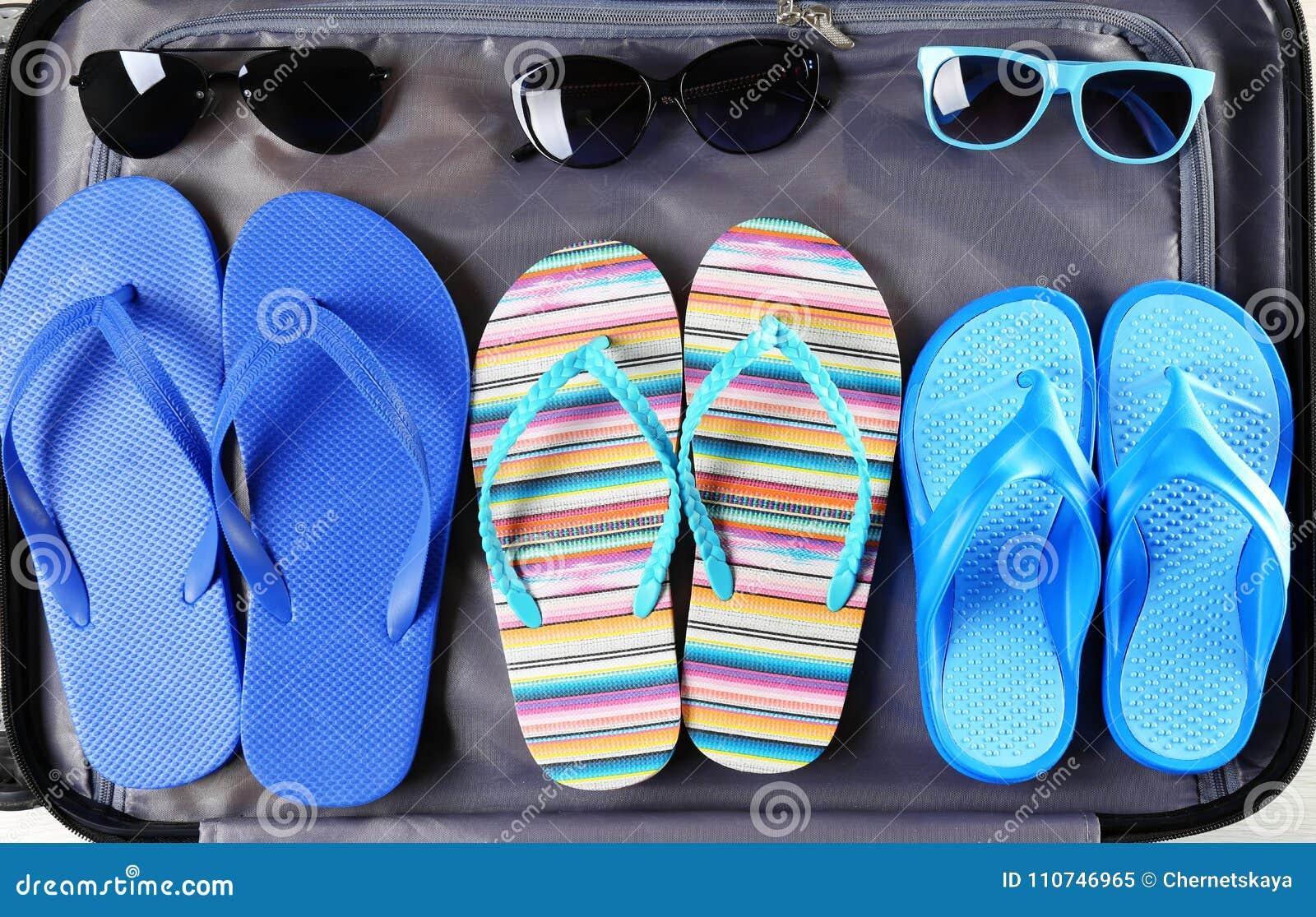 Abra A Mala De Viagem Com Flip-flops E óculos De Sol, Close Up ... 417f5221a7