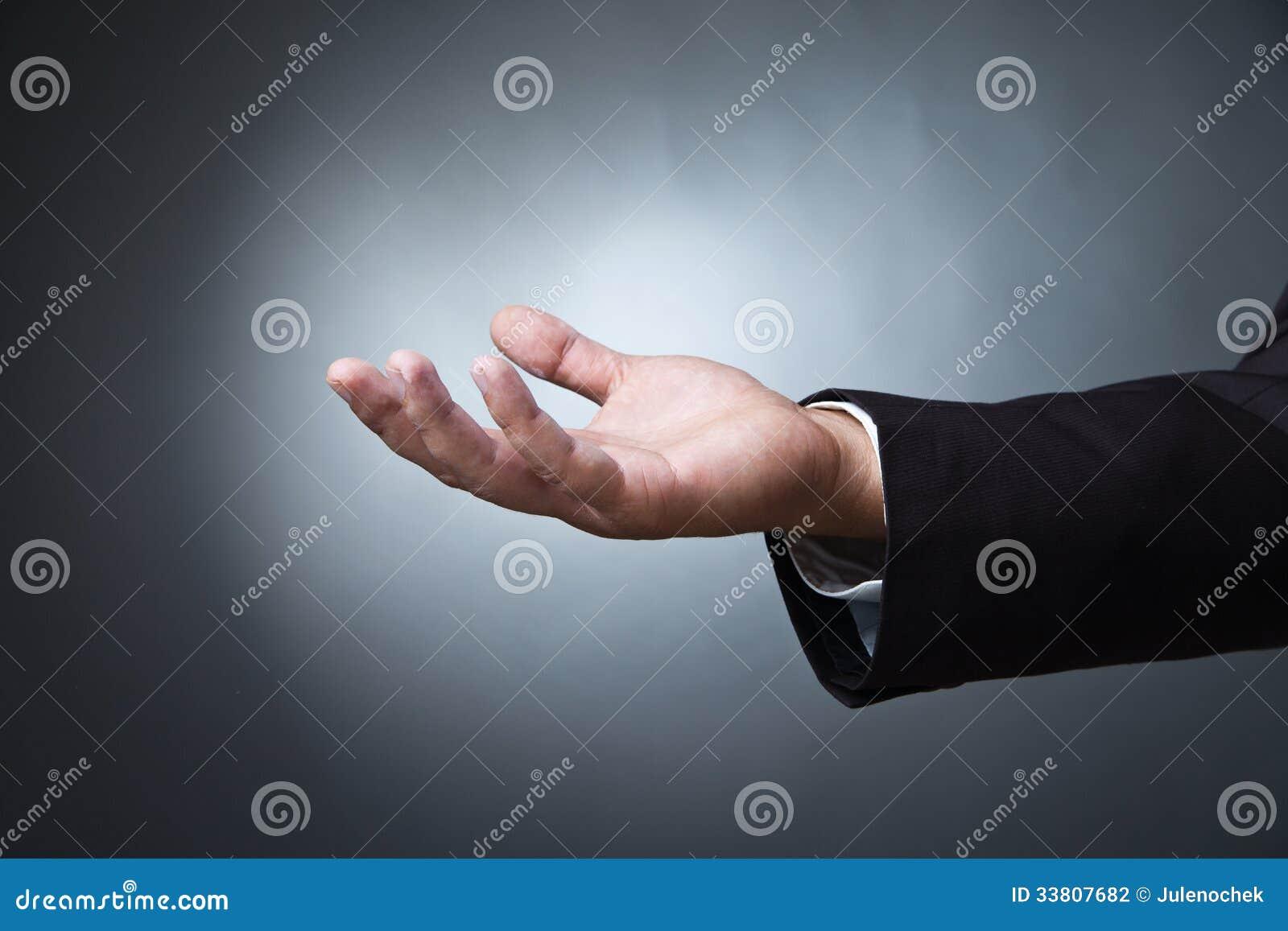 Abra o gesto de mão da palma do homem na obscuridade