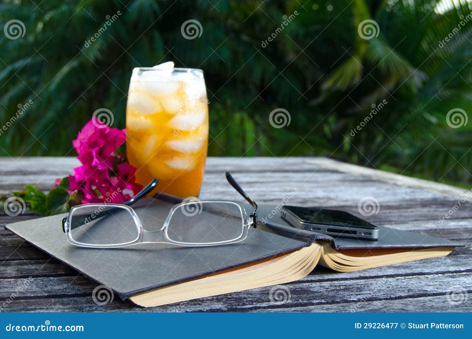 Download Abra O Livro Com Chá De Gelo Fora Imagem de Stock - Imagem de leitura, chá: 29226477