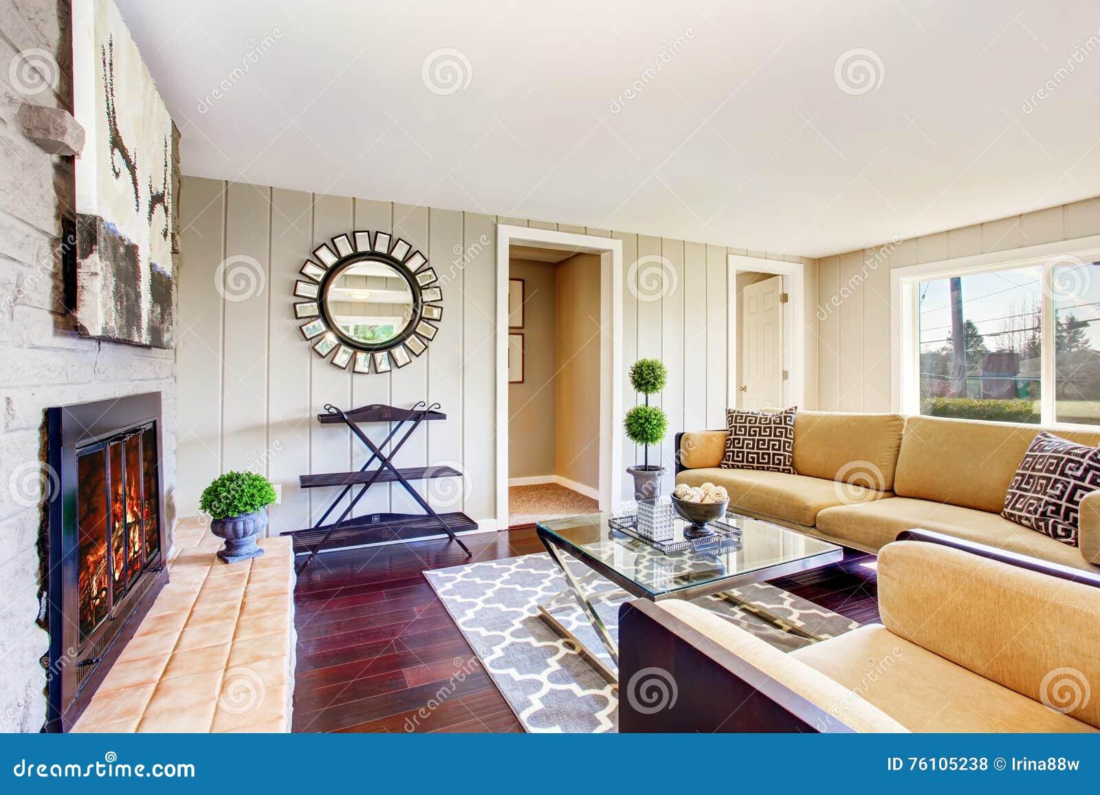 26b863bdf8f41 Abra a sala de visitas da planta baixa com chaminé e o sofá bege confortável  Noroeste, EUA