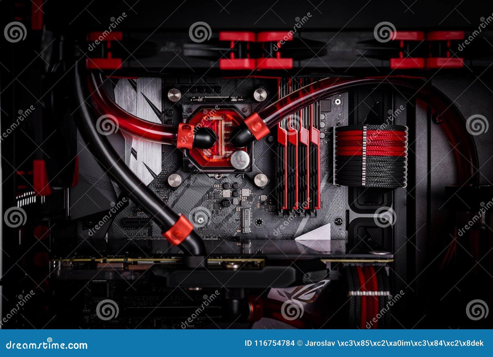 Abra seu computador com um sistema de refrigeração da água, um processador, uma placa gráfica, um fã do cartão-matriz
