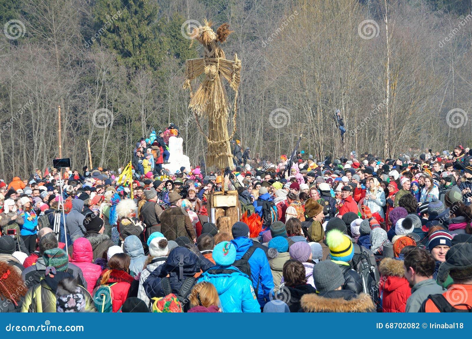 Abramtsevo, het gebied van Moskou, Rusland, 13 Maart, 2016 Mensen die aan viering van Bakshevskaya Shrovetide dichtbij strobeelte