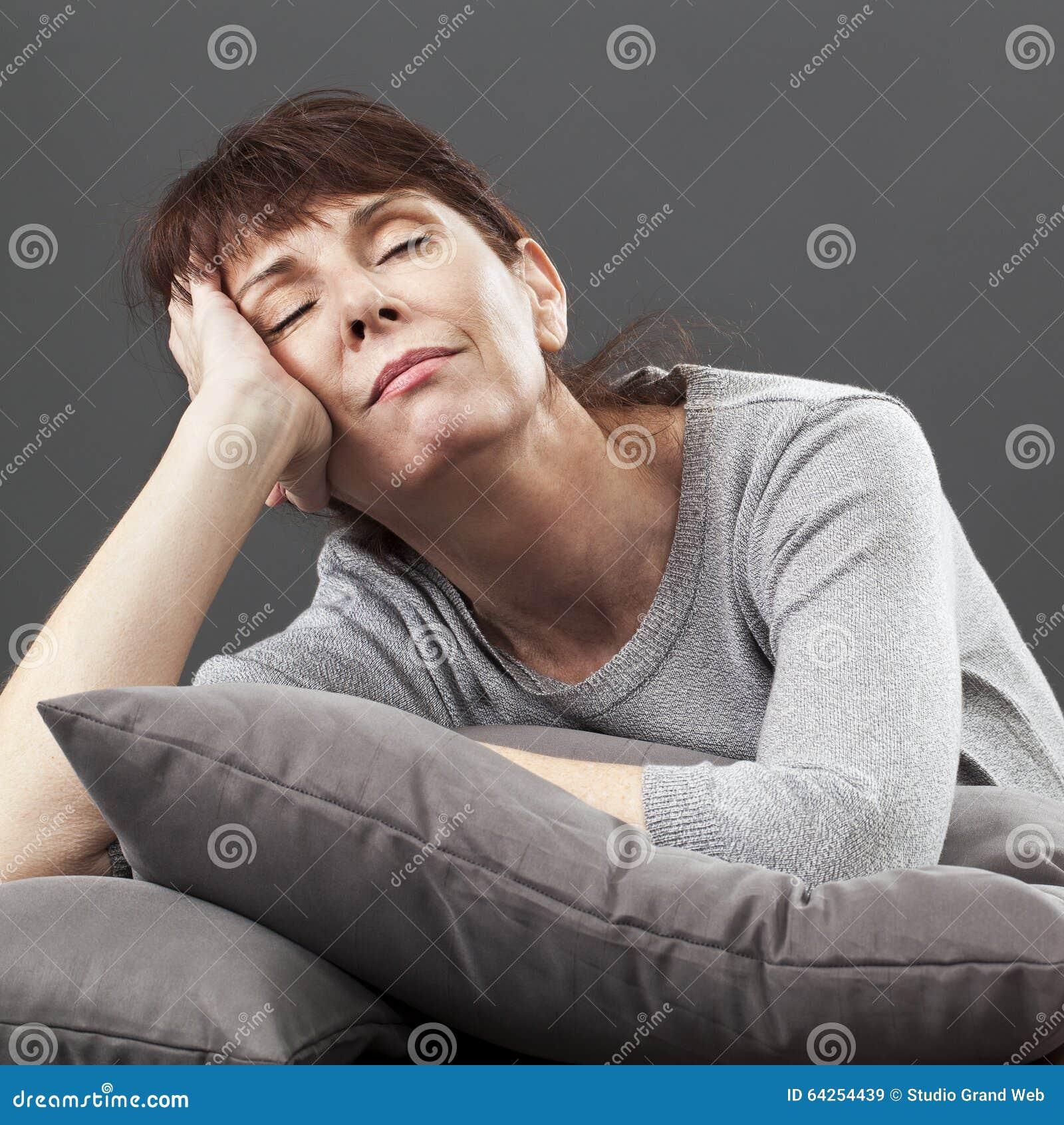 Abrandamento do zen para a dormida bonita sereno da mulher 50s