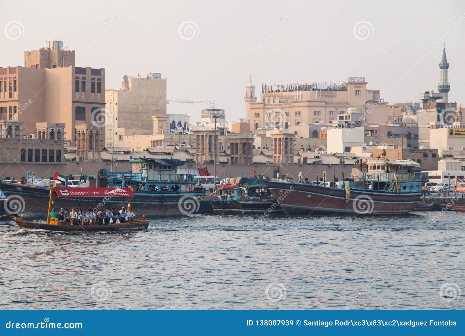 Abras i Dhows w Dubaj zatoczce