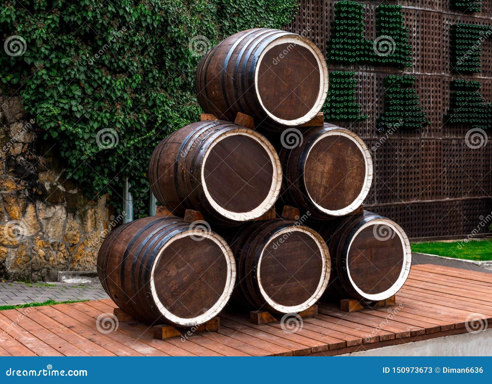 Abrau-Durso, barils de vin en bois composés d une pyramide sur une plate-forme des conseils, à l arrière-plan un mur en pierre en