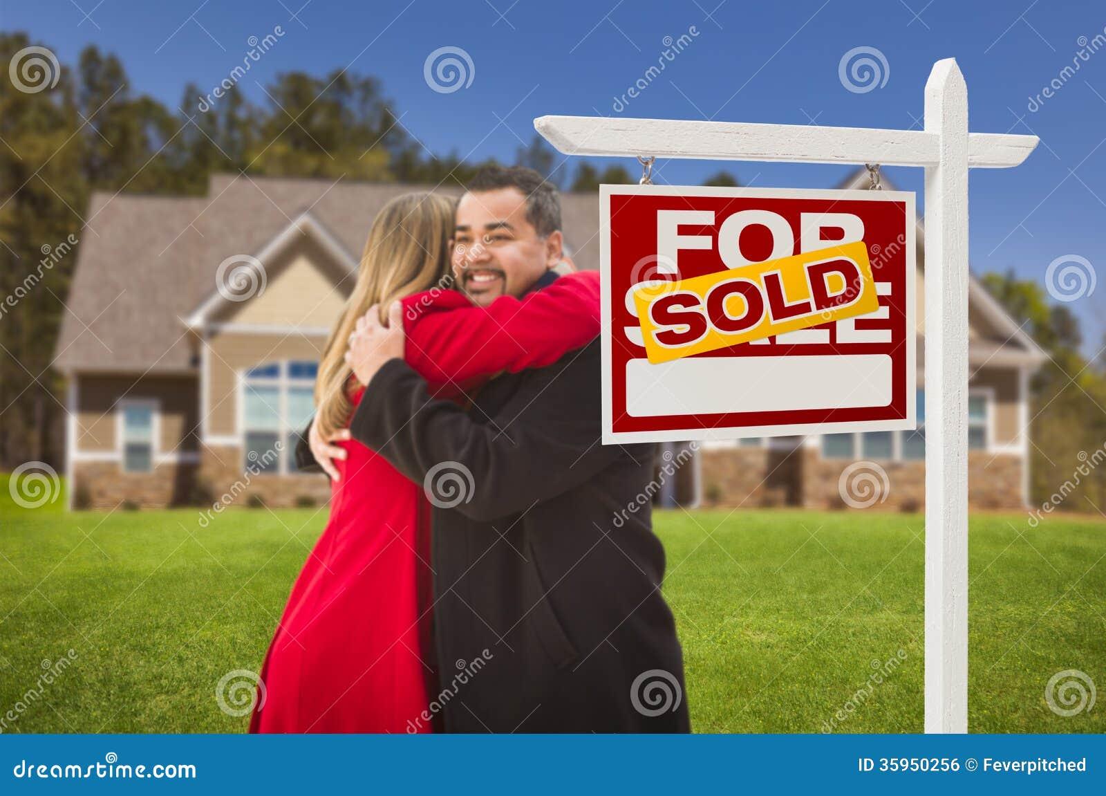 Abrazando pares de la raza mixta, la casa, vendió la muestra de Real Estate