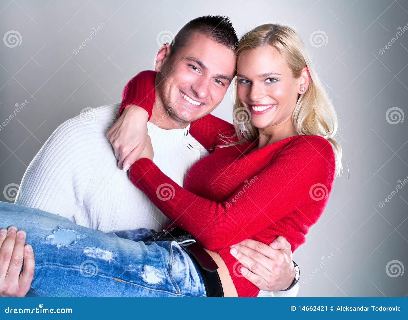 Abrazo cariñoso joven feliz de los pares