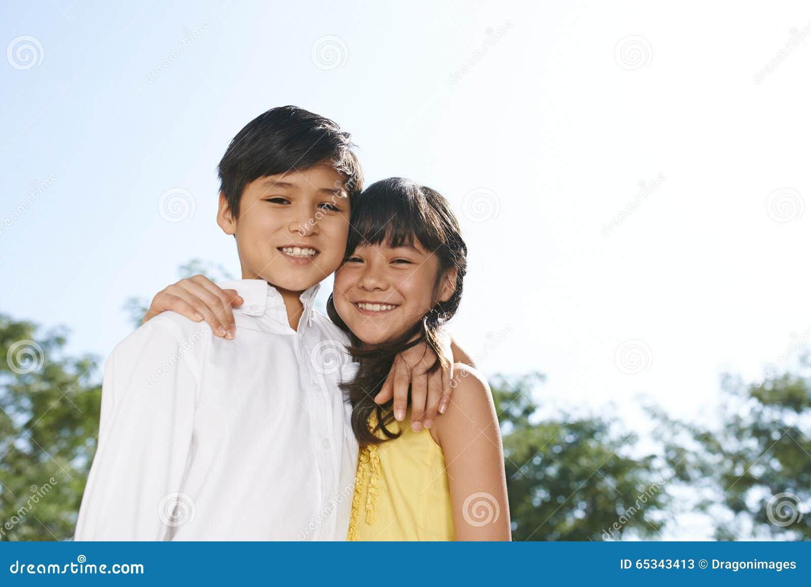 Abrazo de gemelos