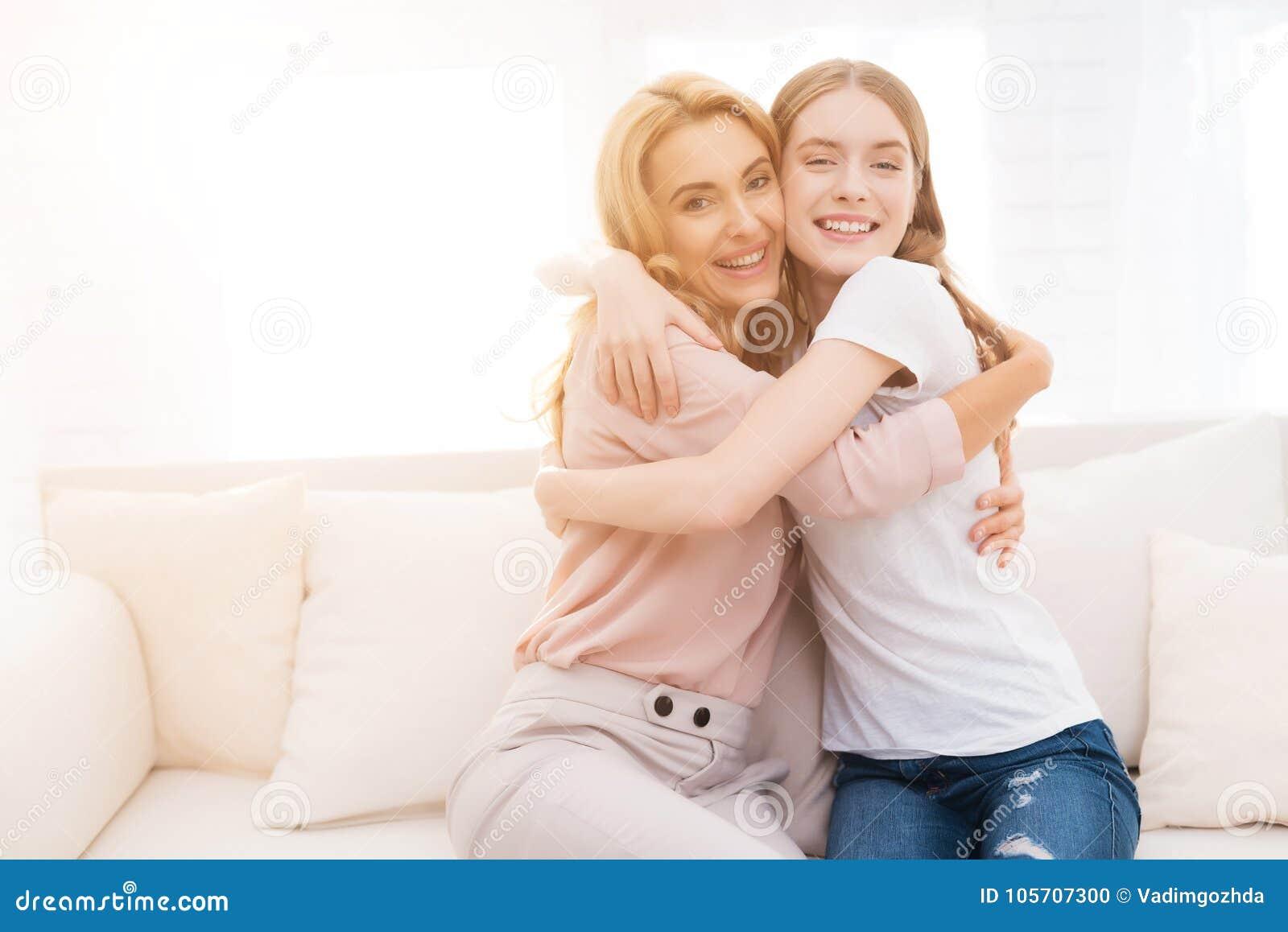 Abrazo de la mamá y de la hija adolescente