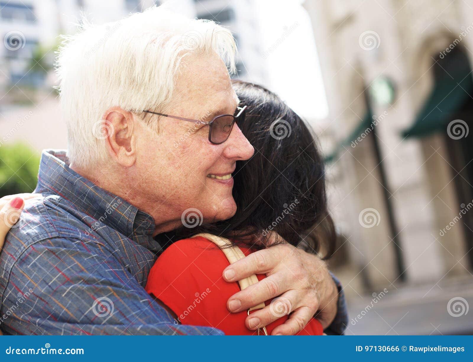 Abrazo dulce del amor mayor de los pares