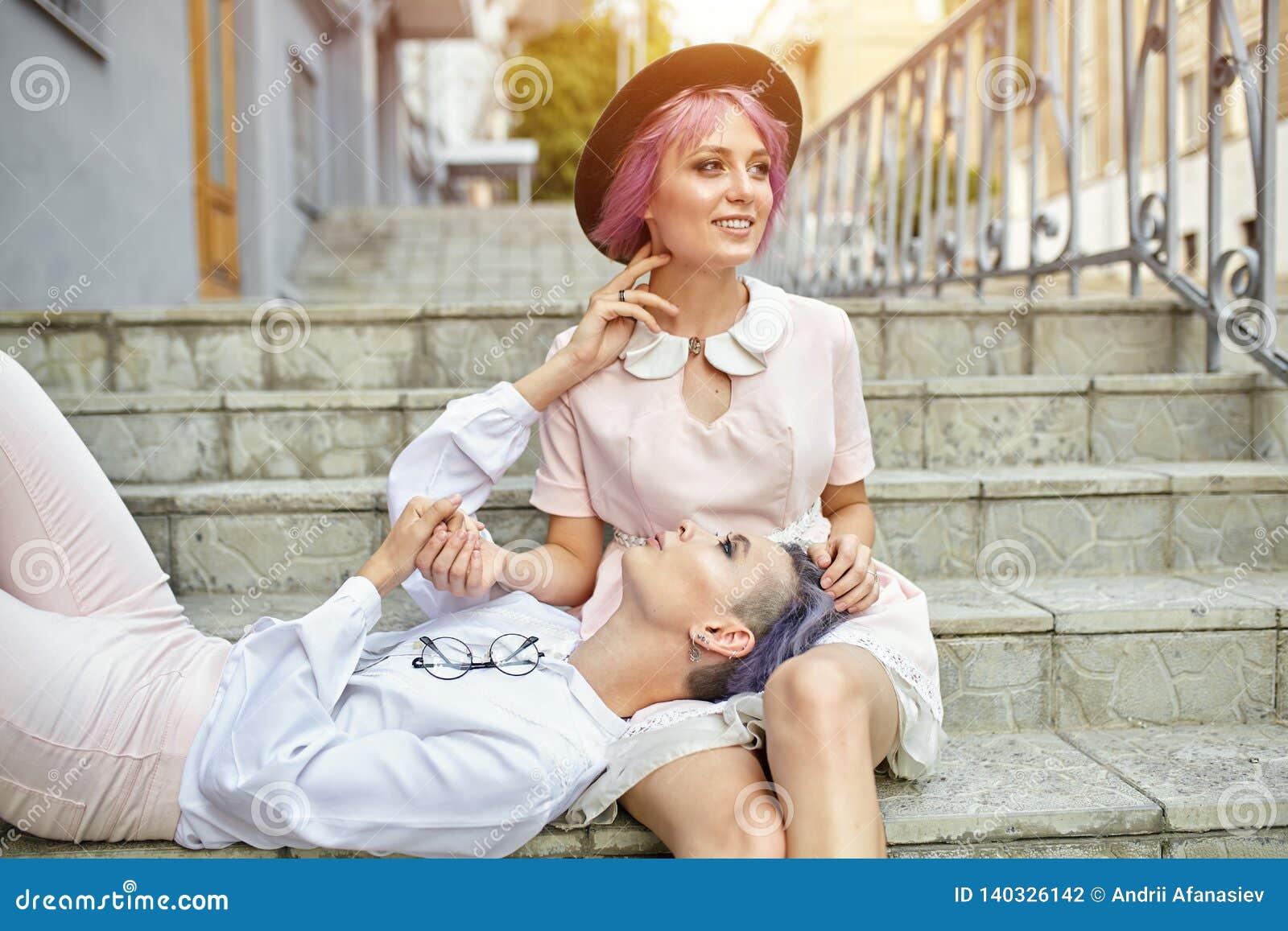 Abrazo lesbiano hermoso de los pares Amor y pasión entre las dos muchachas