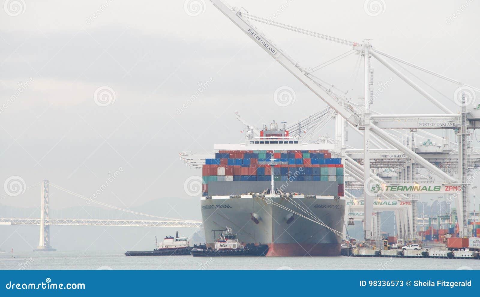 Abreisende Frachtschiff HAMBURG-BRÜCKE der Hafen von Oakland