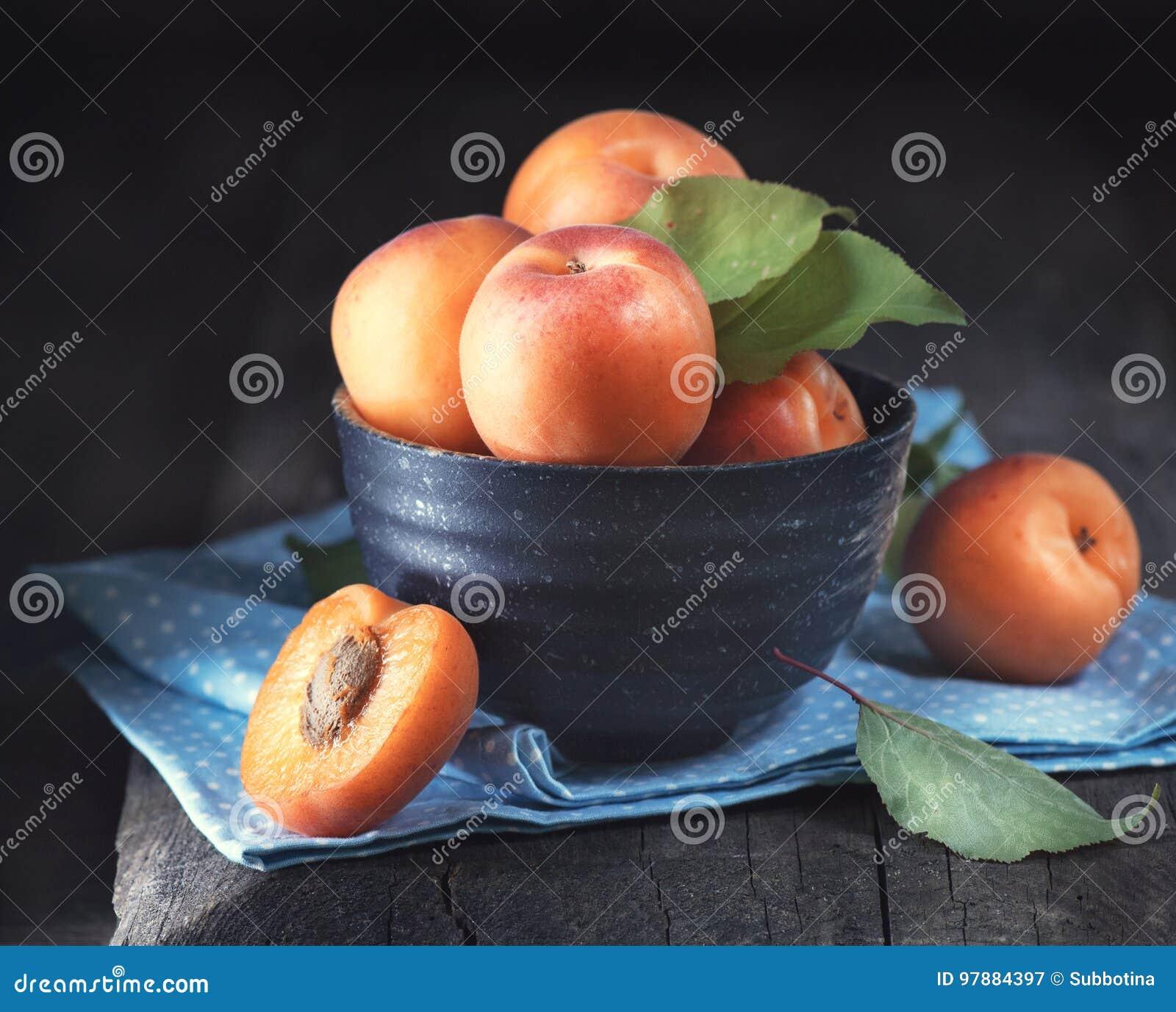 Abricots Le plan rapproché de l abricot organique frais porte des fruits dans une cuvette