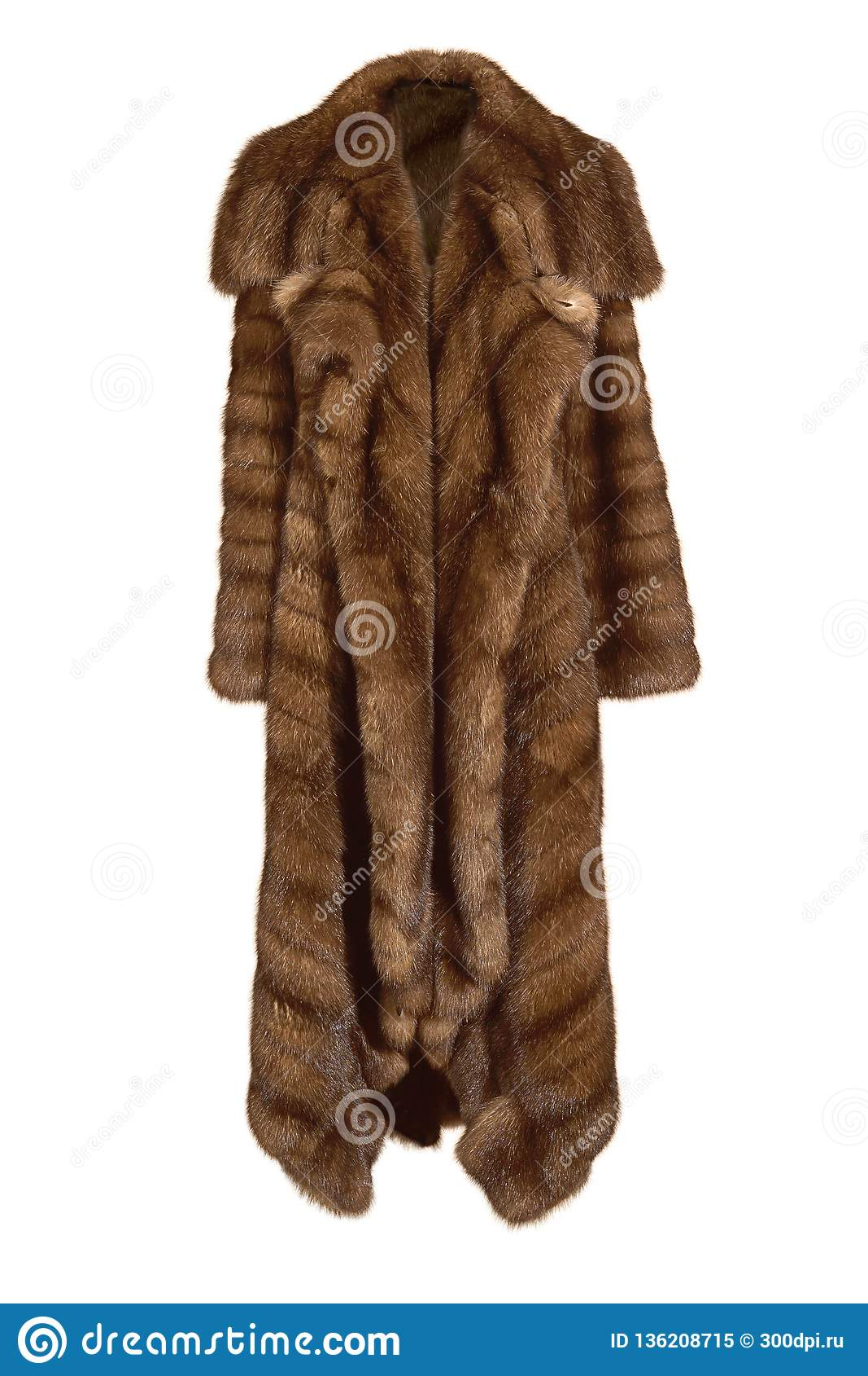 Abrigo de pieles marrón largo femenino hermoso, de la piel natural del visión aislada en blanco
