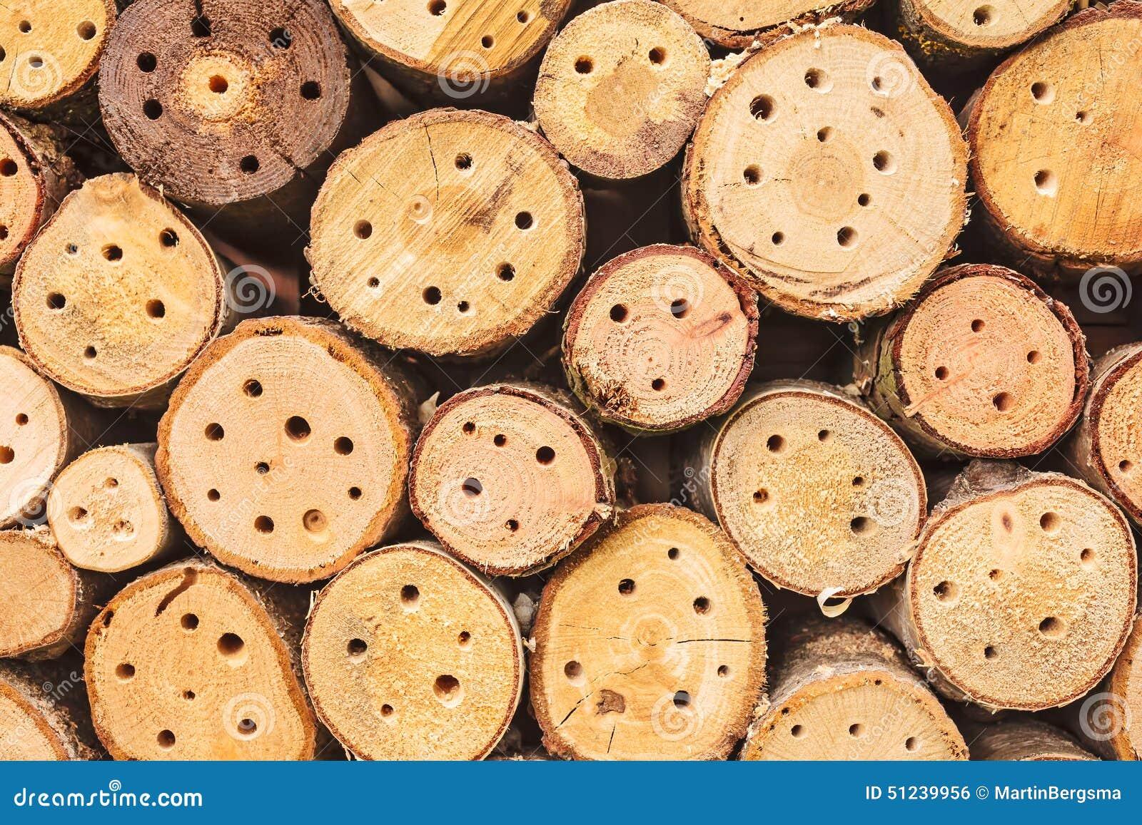 Abrigo do inseto feito de troncos de madeira