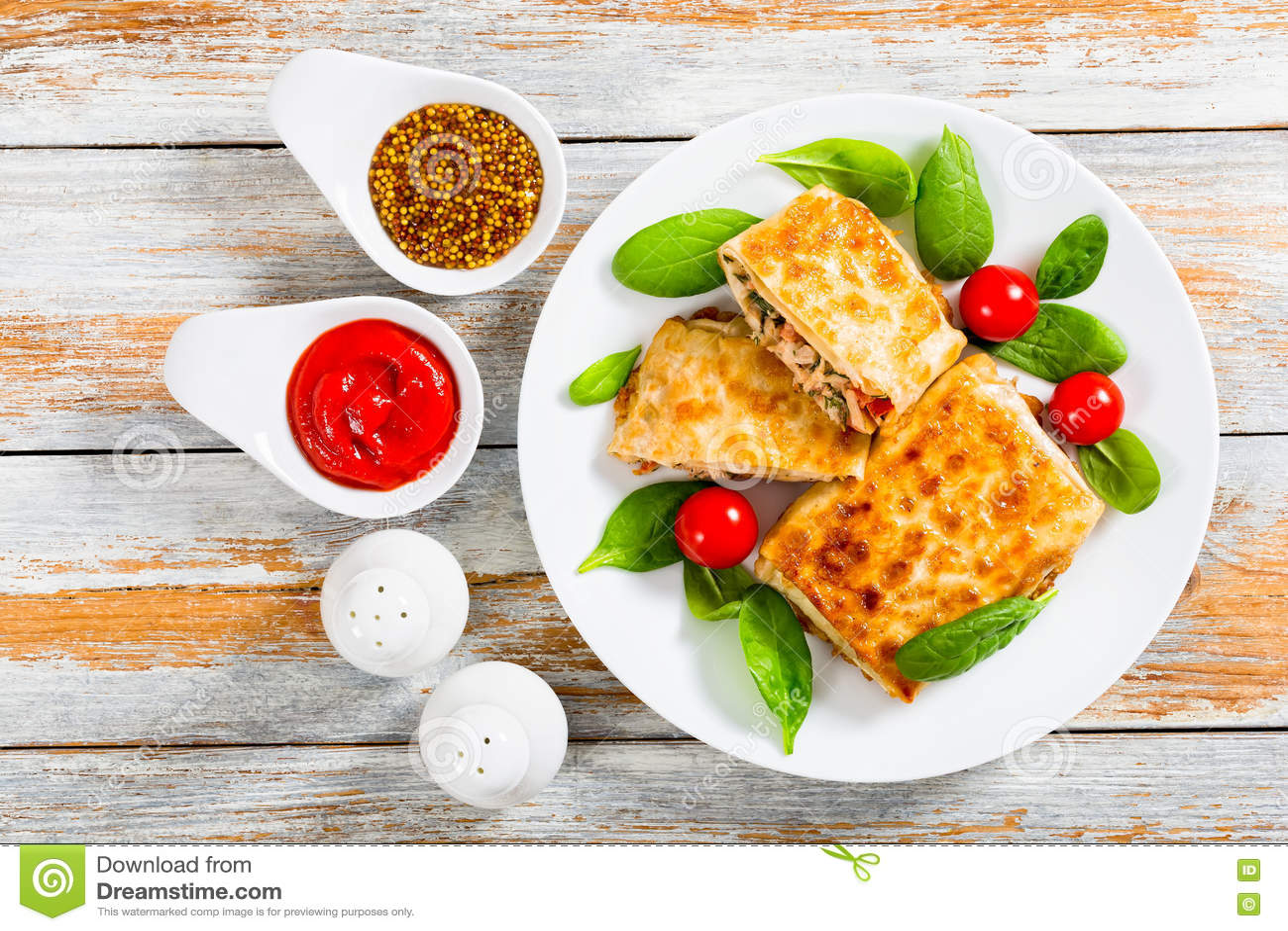 Abrigos fritos del flatbread rellenos con la carne en el plato blanco