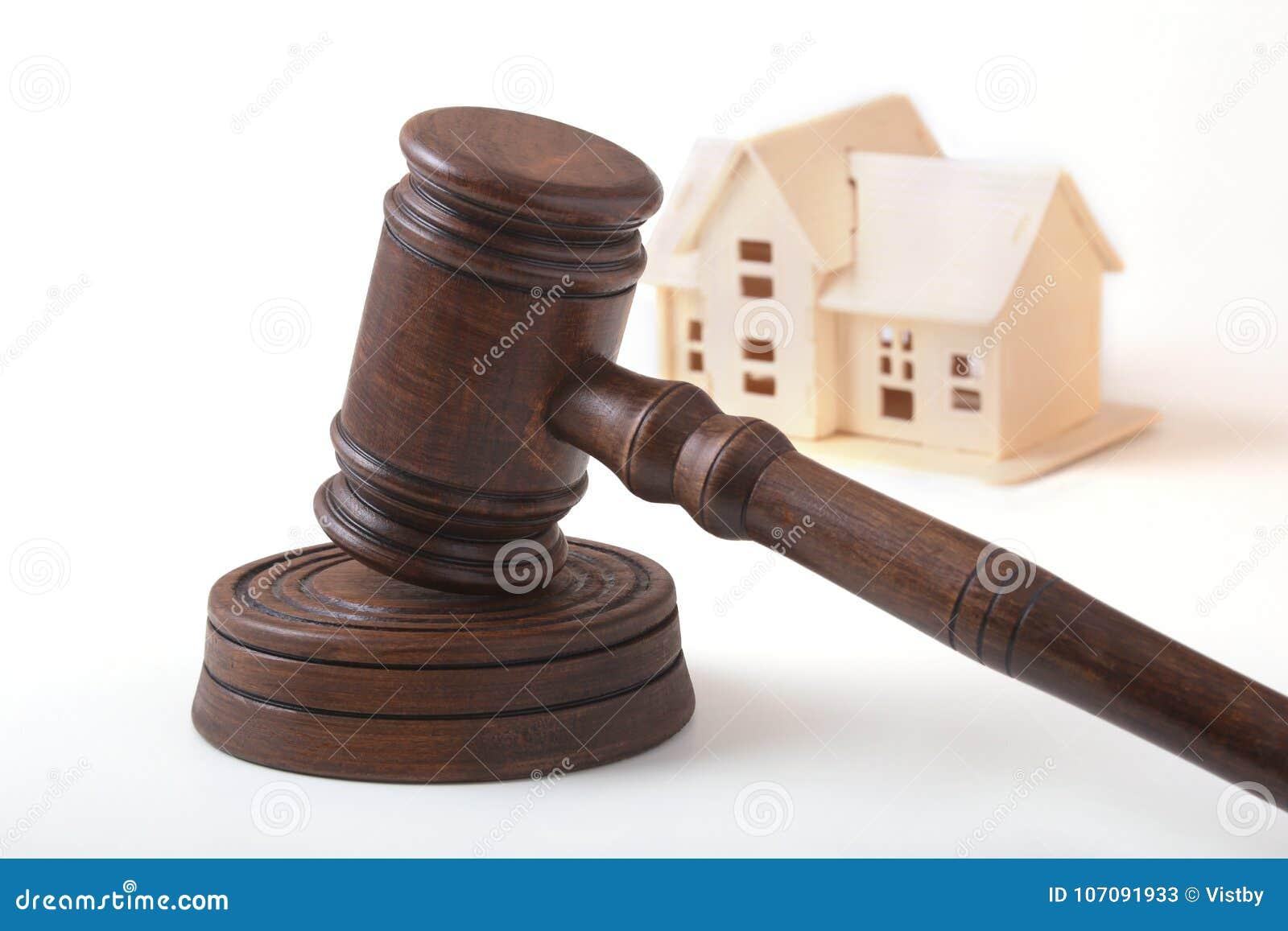 Abrigue o leilão, o martelo do leilão, o símbolo da autoridade e a casa diminuta Conceito da sala do tribunal