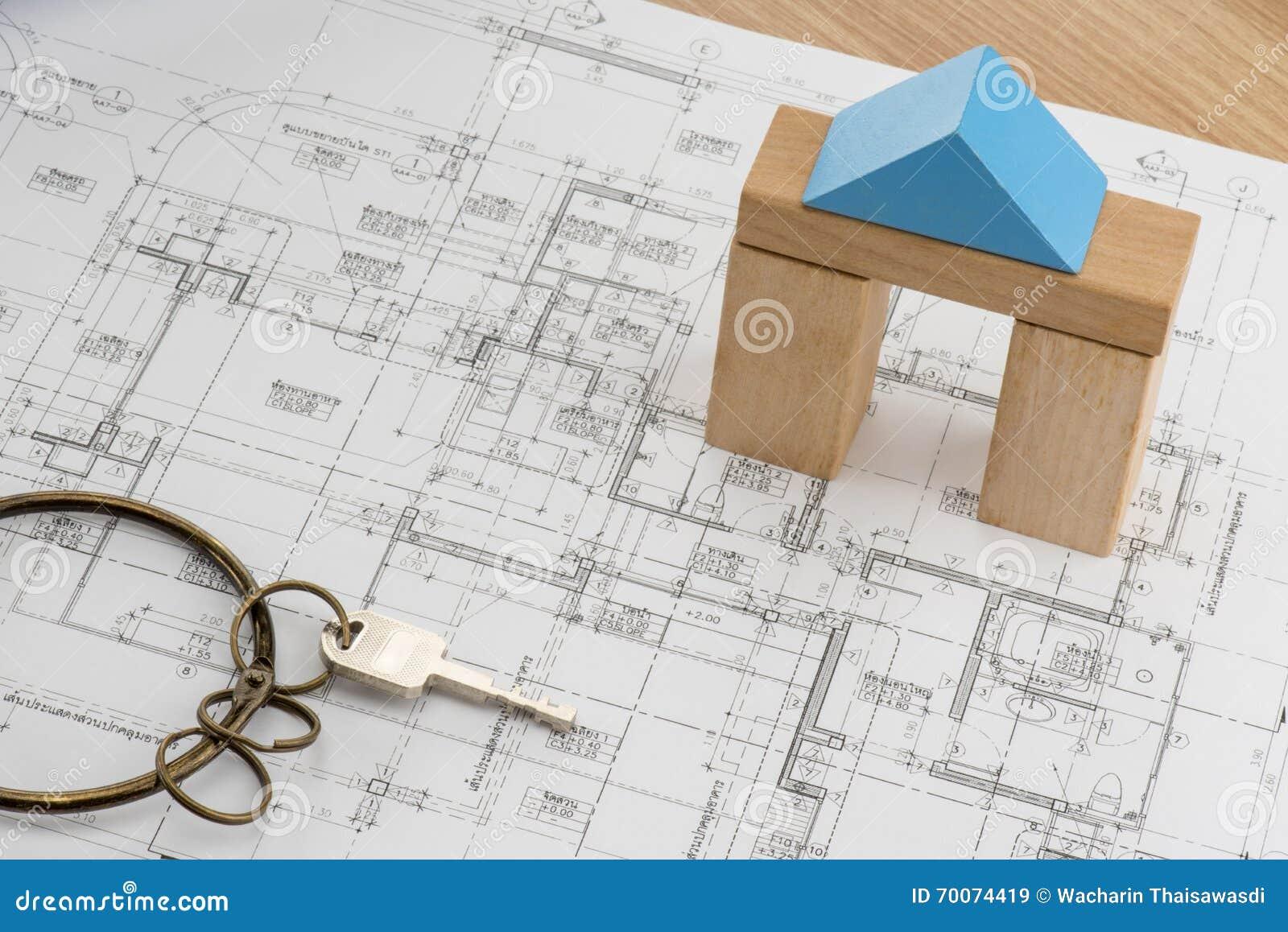 Abrigue o plano com modelo do bloco de madeira do brinquedo e uma chave com anel do vintage